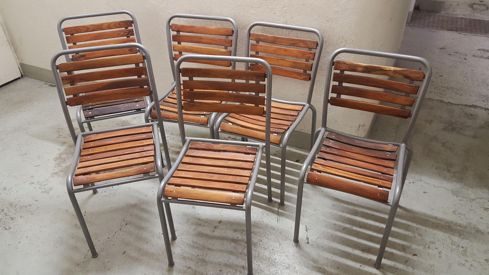 Metallstühle mit Holzlatten