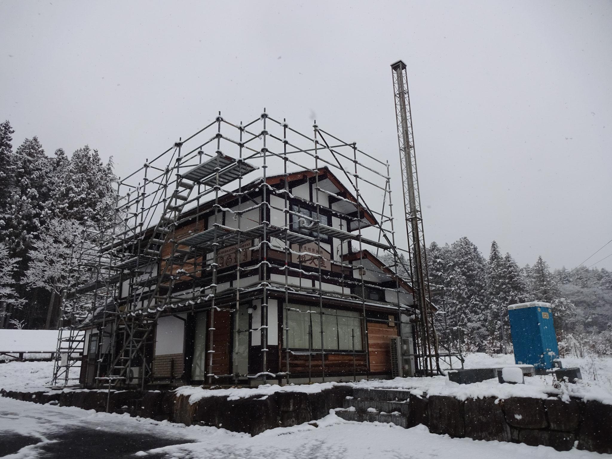 飯舘の雪にはばまれ、工事は大幅に遅延