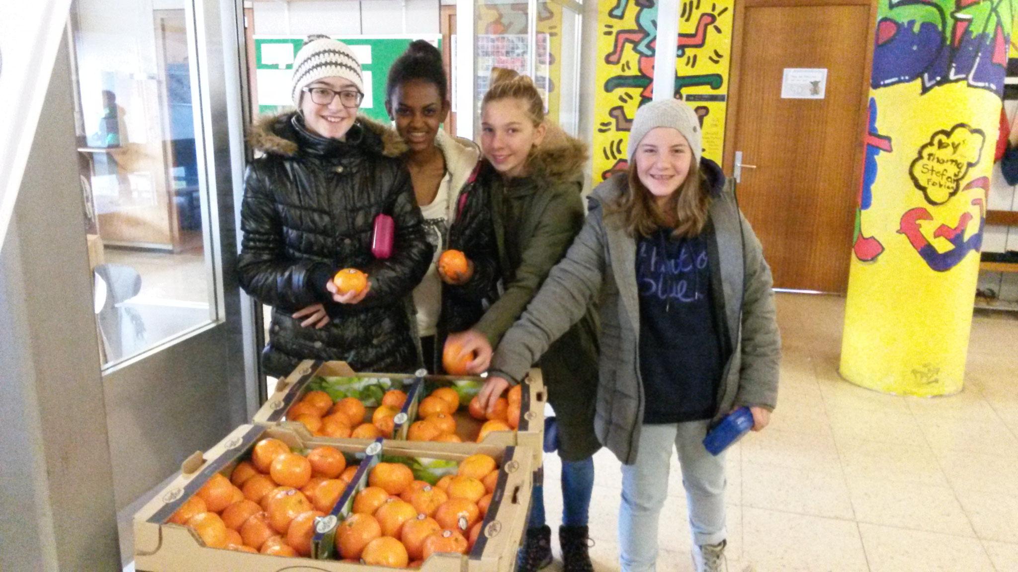 am Klausotag überraschte der Elternverein die Schüler und Lehrer zur Pause mit Mandarinen