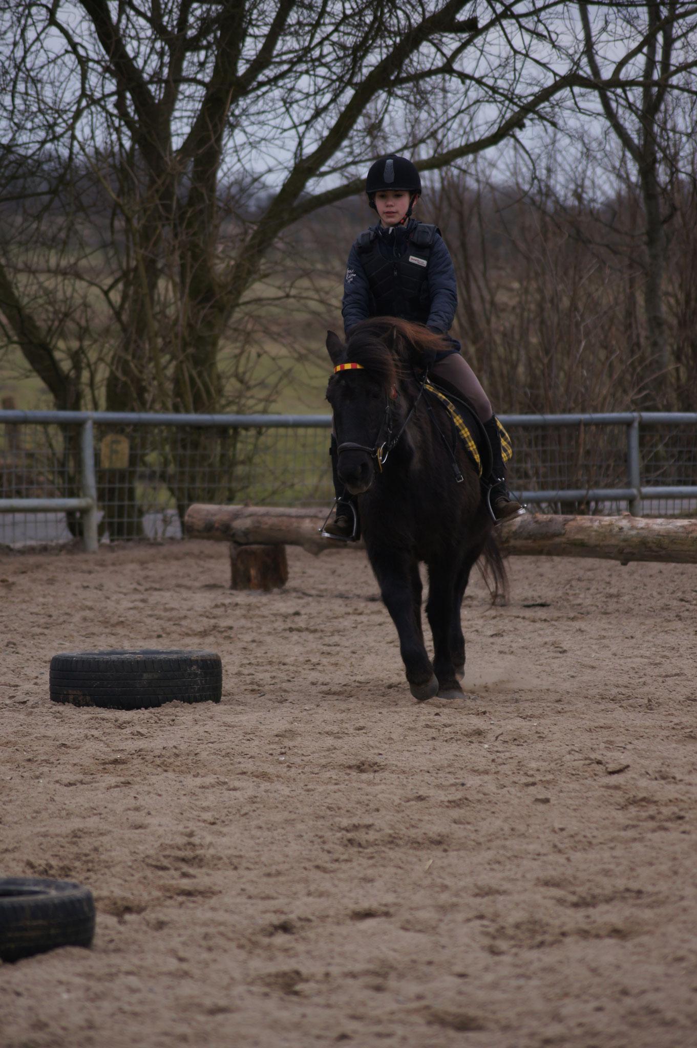 Sarafina mit Fee beim Pferdeführerschein Reiten