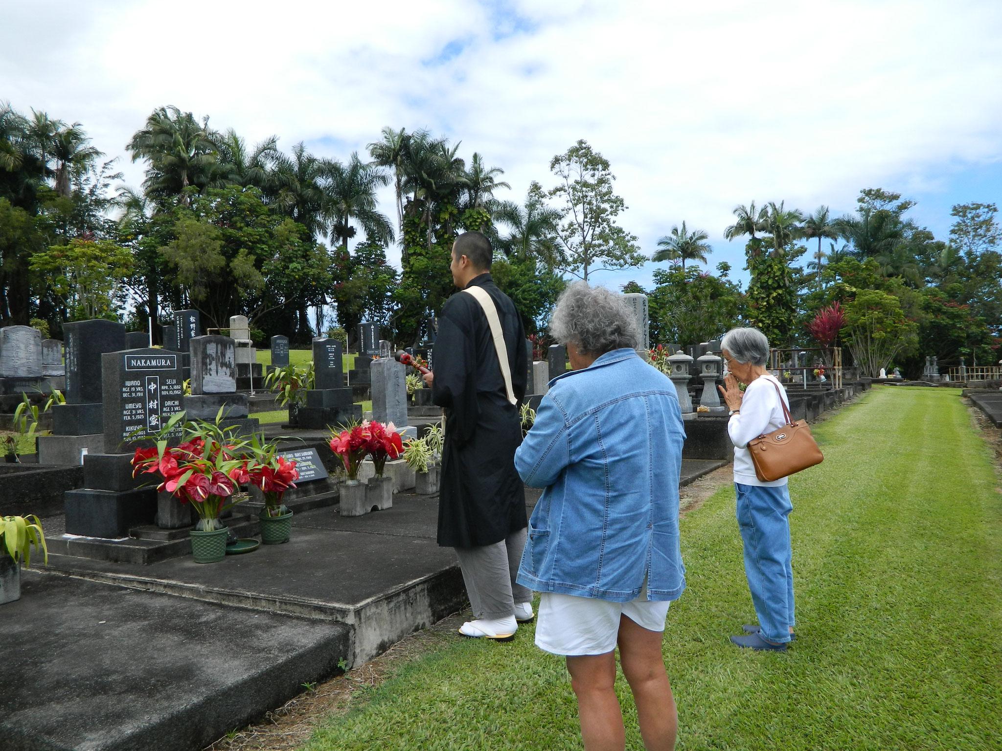 ヒロ教会信徒さんのお墓でのお盆供養