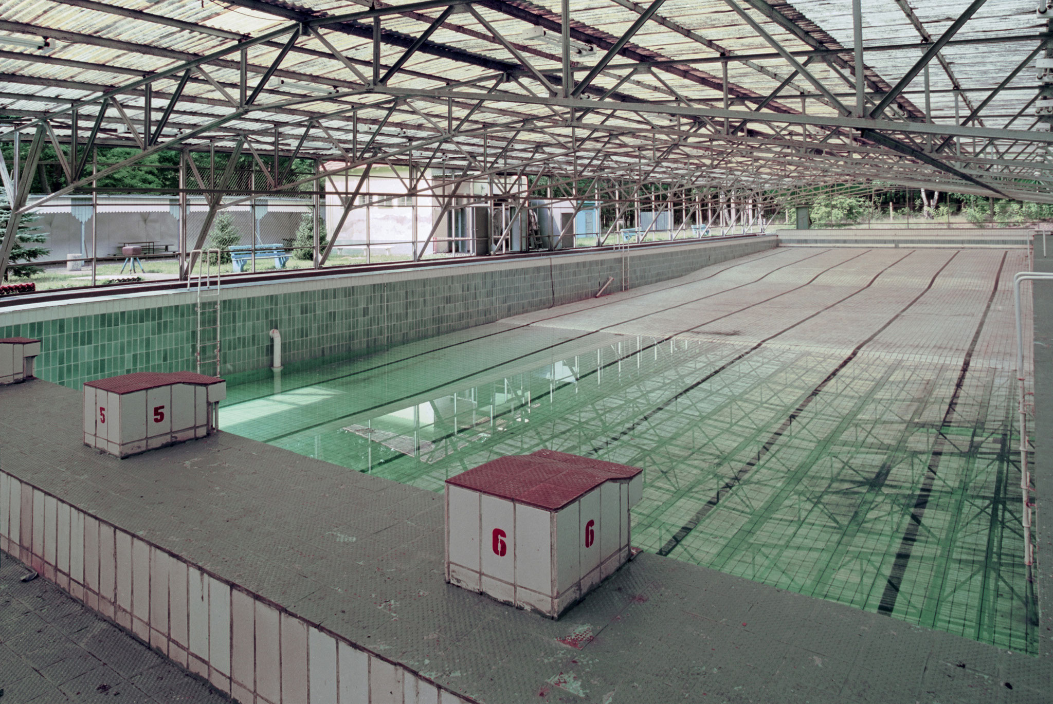Open air swimming pool, circa 1994 (© Steinberg, Detlev)