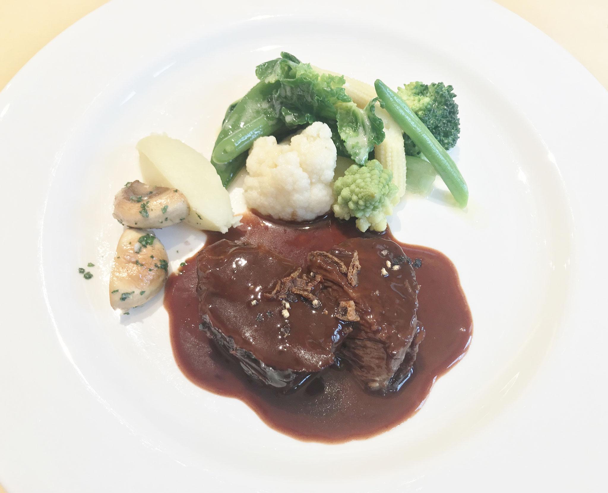 牛肉の煮込み、柔らかくてホロホロくずれます。野菜も美味しい!