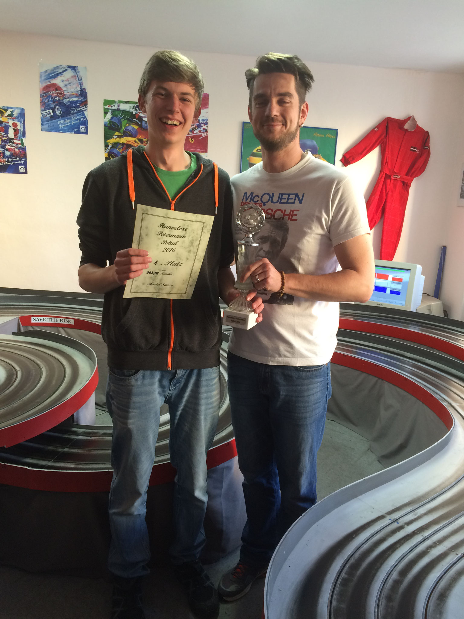 Siegerehrung: Mario übergibt Urkunde und Pokal an Simon.