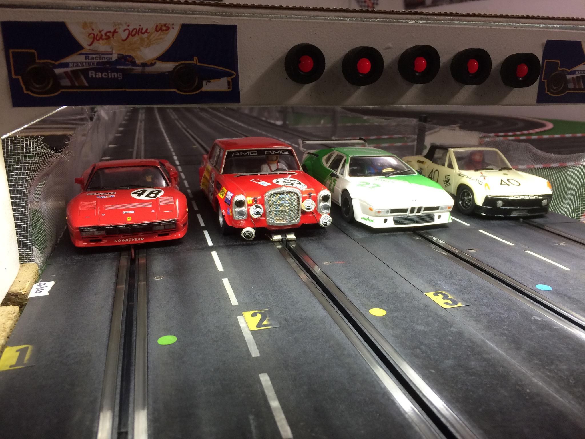 """Gleich geht´s los! Ein ungleiches Duell mit drei Gruppe 4 Sportwagen und einem """"Nutzfahrzeug"""" ;-) BMW M1 von Jörg, Ferrari 288 GTO und Porsche 914 (beide von Woody) und der Lastesel MB 300 SEL von Markus."""