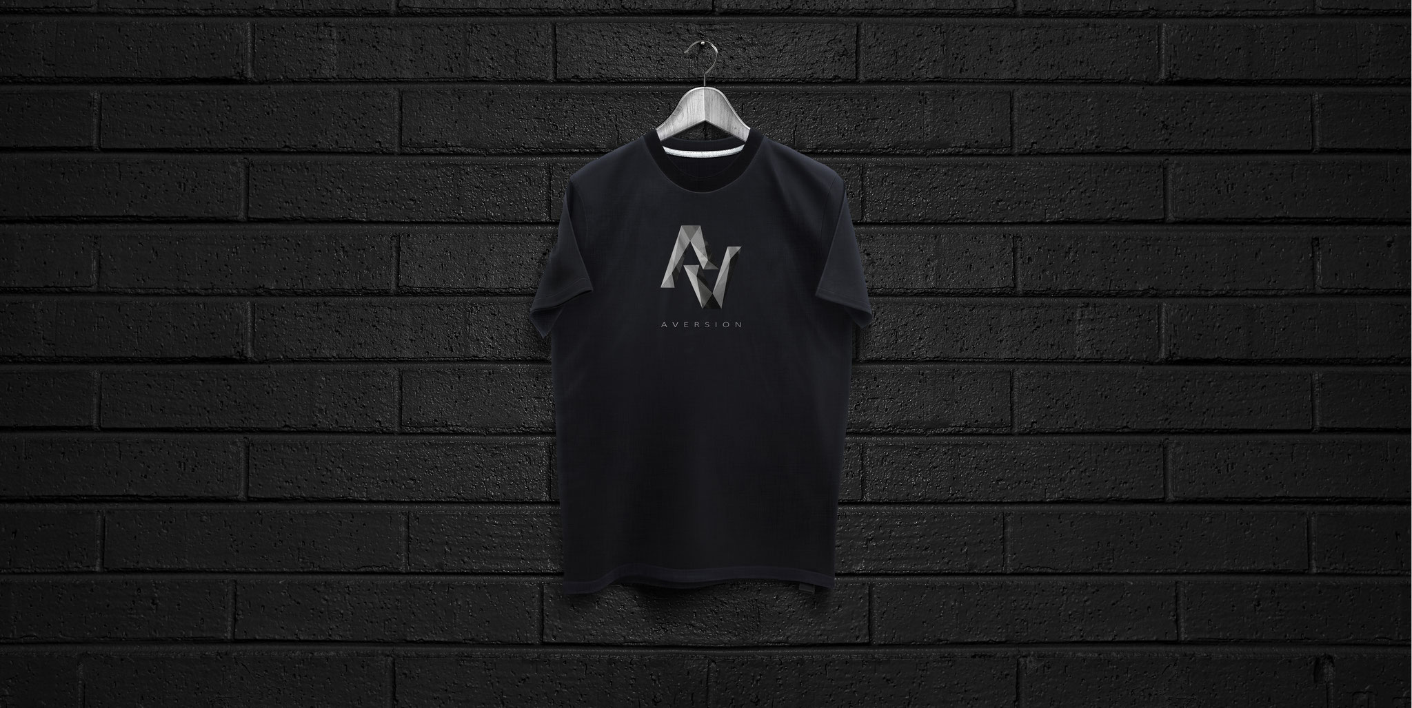 T-SHIRT BLACK | AVERSION-LOGO BRUST GROß