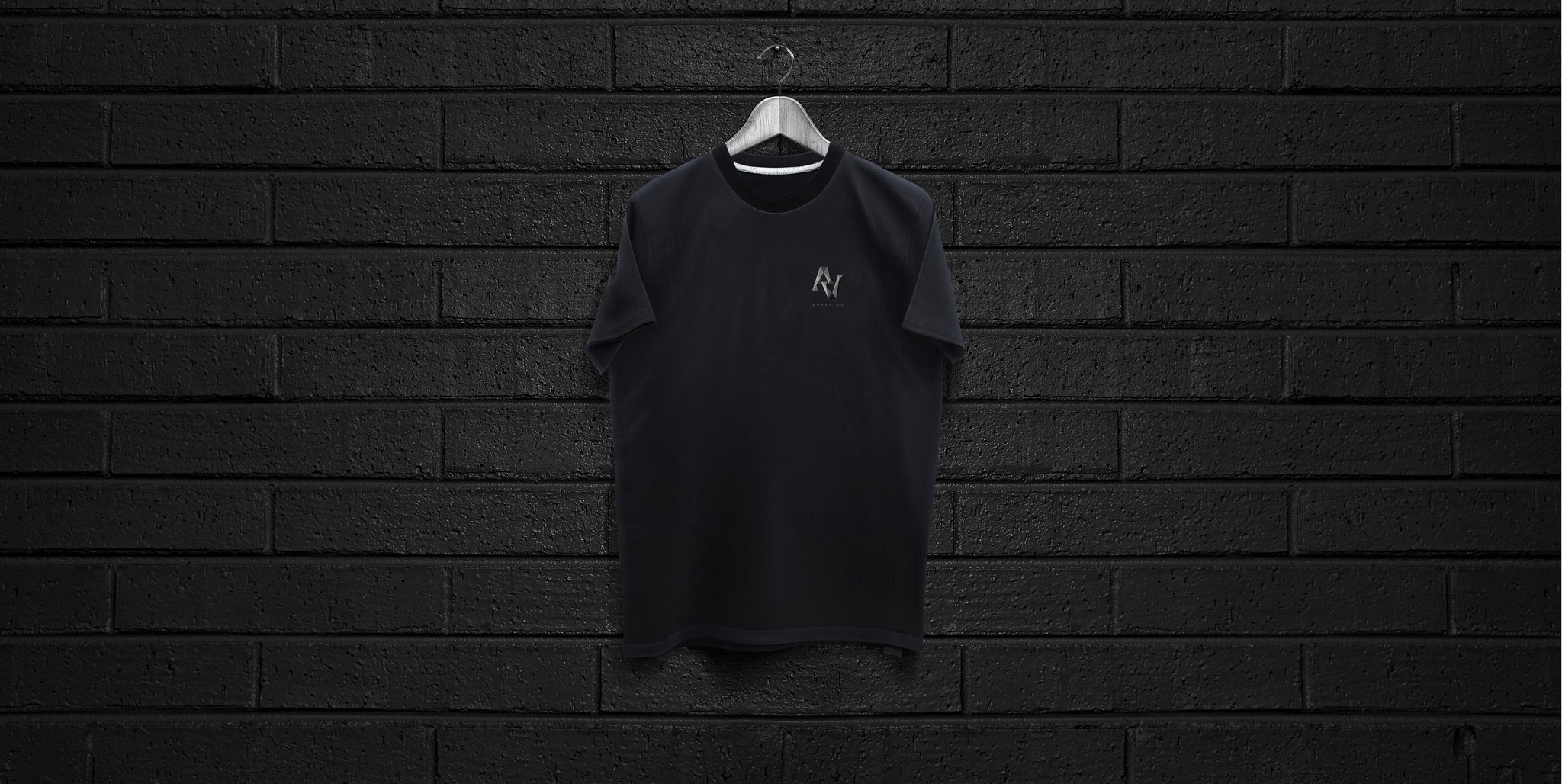 T-SHIRT BLACK | AVERSION-LOGO BRUST KLEIN