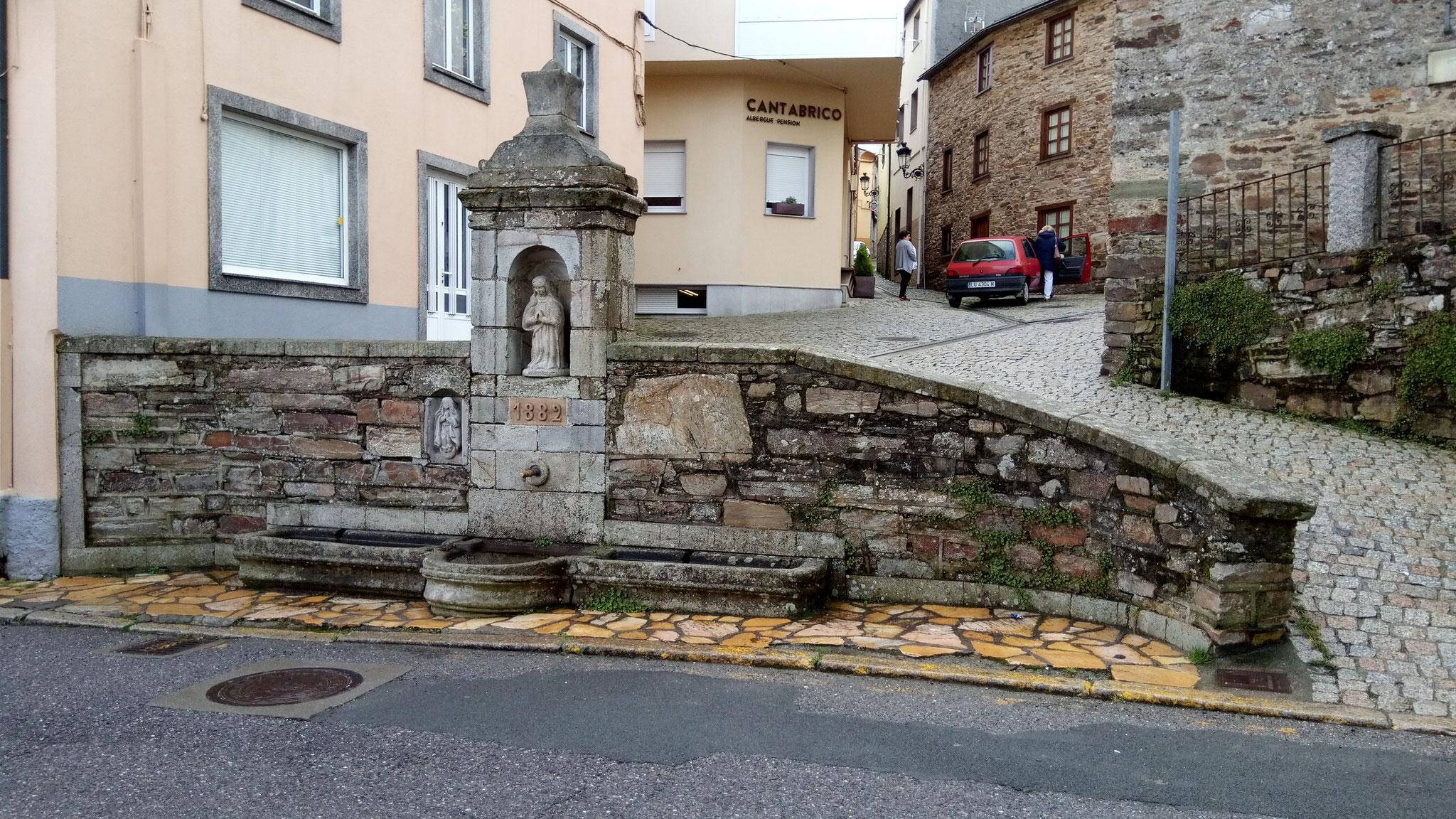 A Fonsagrada: der Namensgebende Brunnen genau vor unserer Herberge