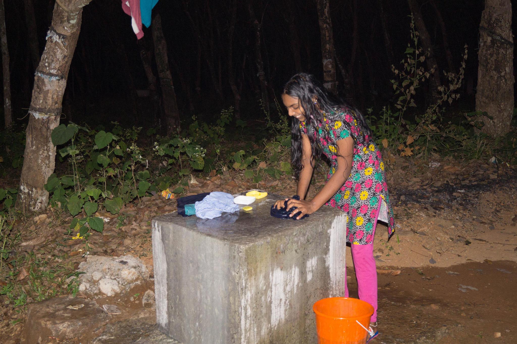 Ein Mädchen aus einem Hostel bei der Kleiderwäsche. Foto: Johannes Wildner