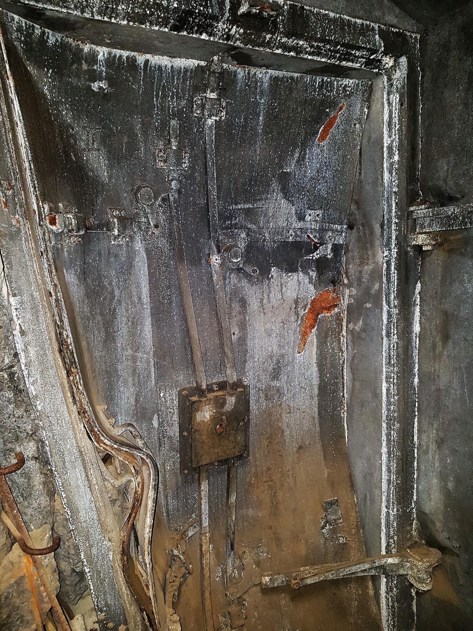 De stalendeuren die zijn opgebazen staan als herdenking tegen de gangmuren