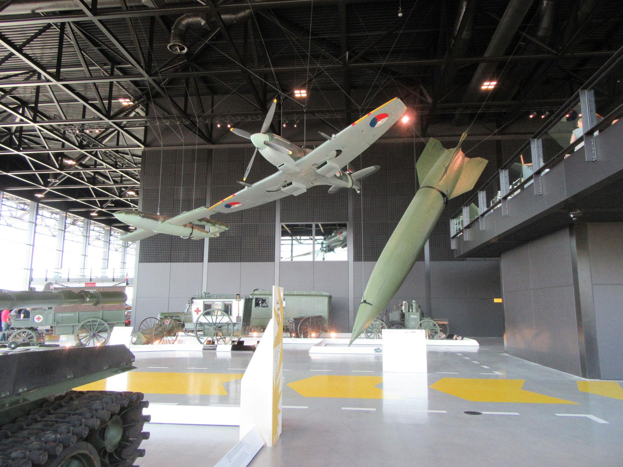 Duitse V1 met een V2 raket en een NL spitfire