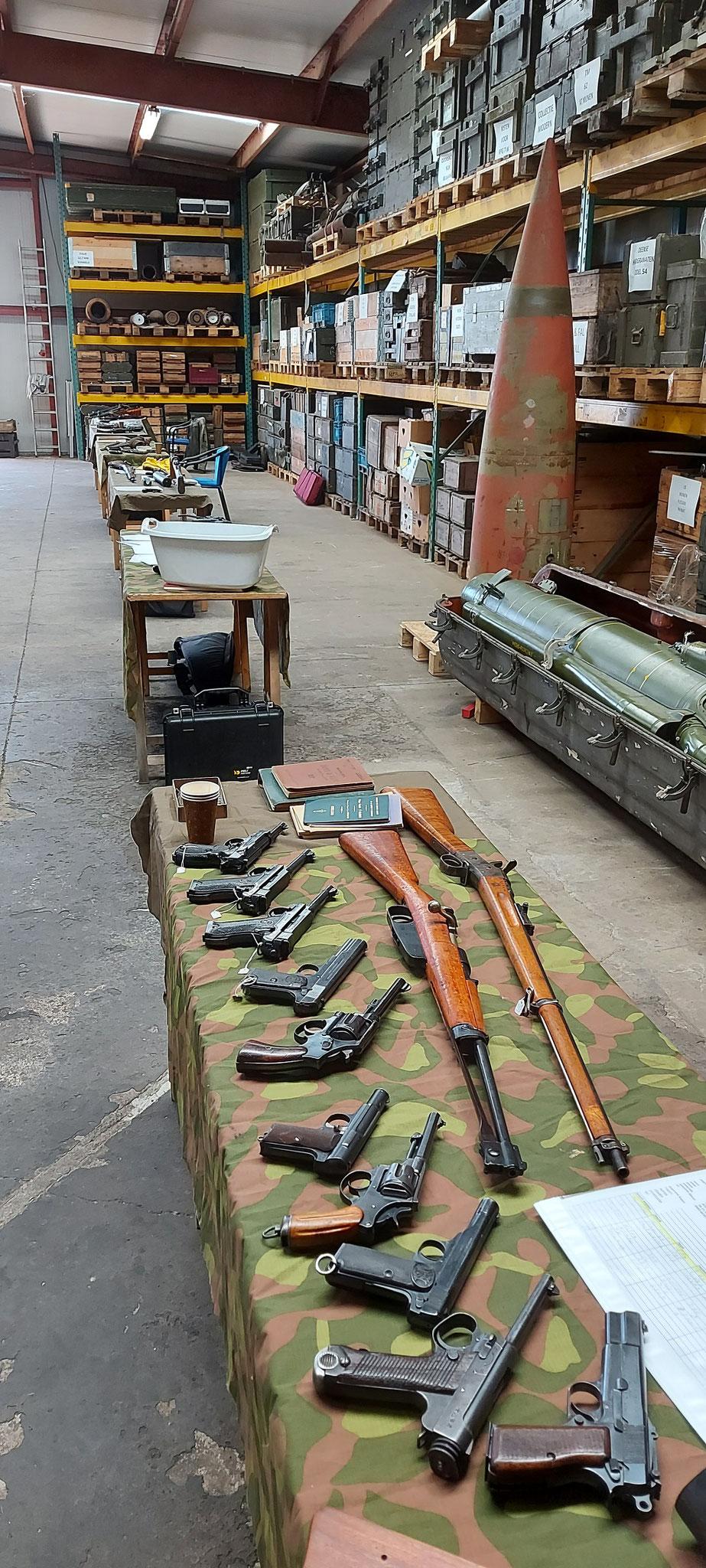 Tafels vol met vuistvuurwapens als oudere grendelgeweren. Ze maakte allemaal deel uit van de geschiedenis!