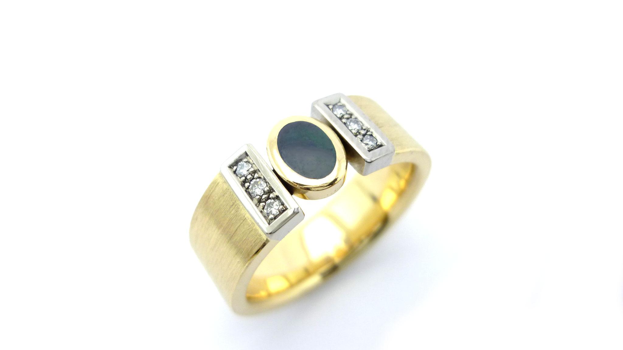 Gelb- und Weissgoldring mit Opal und Brillanten