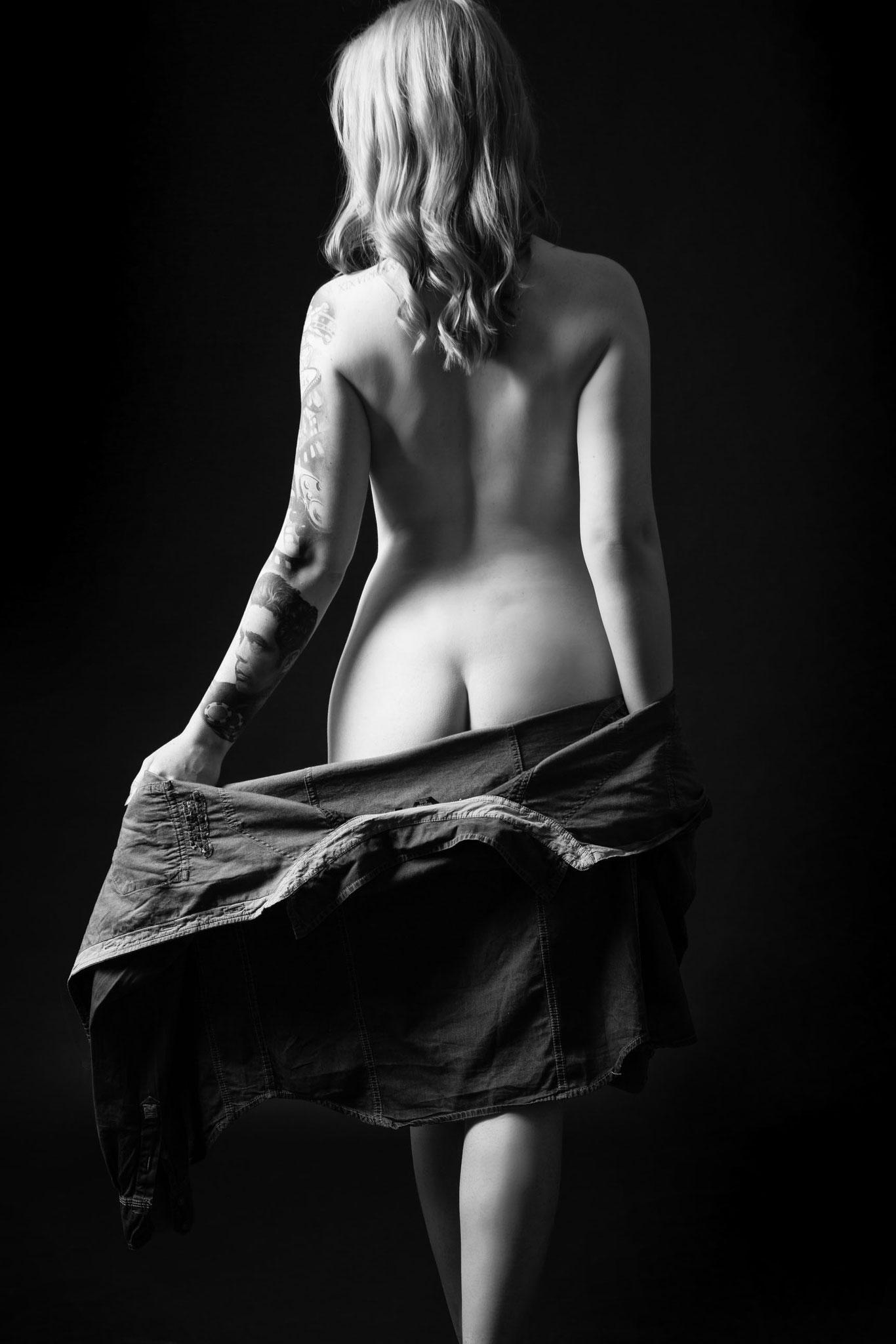 Erotischer schwarz-weiß Akt im Fotostudio in Erlangen