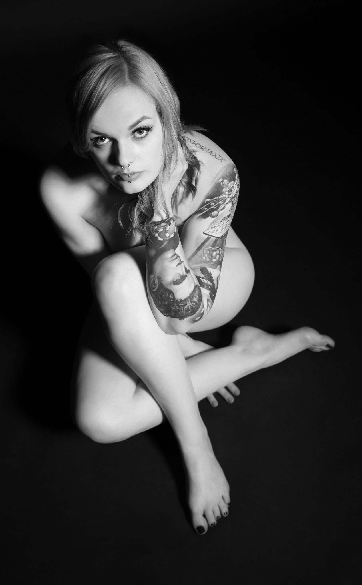 Sexy Pose beim Aktshooting im Fotostudio für Aktphotographie - nude art shooting