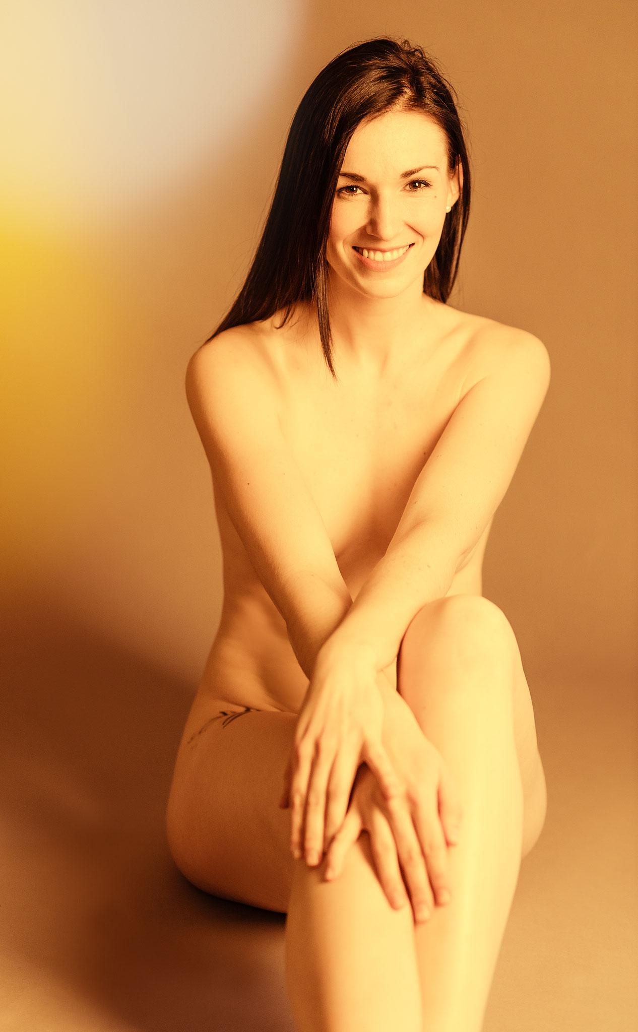 Nackte Schönheit bei erotischen Aktshooting im Fotostudio Erlangen - Nico Tavalai Fotokunst