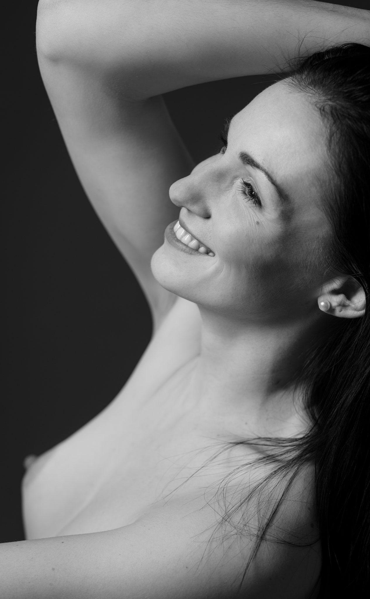 Süßes Lächeln und hübsche Brust - nackte Schönheit beim Aktshooting beim Fotorgafin Erlangen