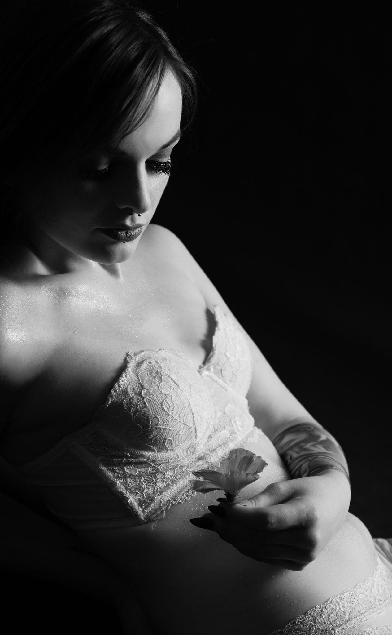 Sinnliches schwarz weiß Dessous Foto von Aktfotograf aus Erlangen
