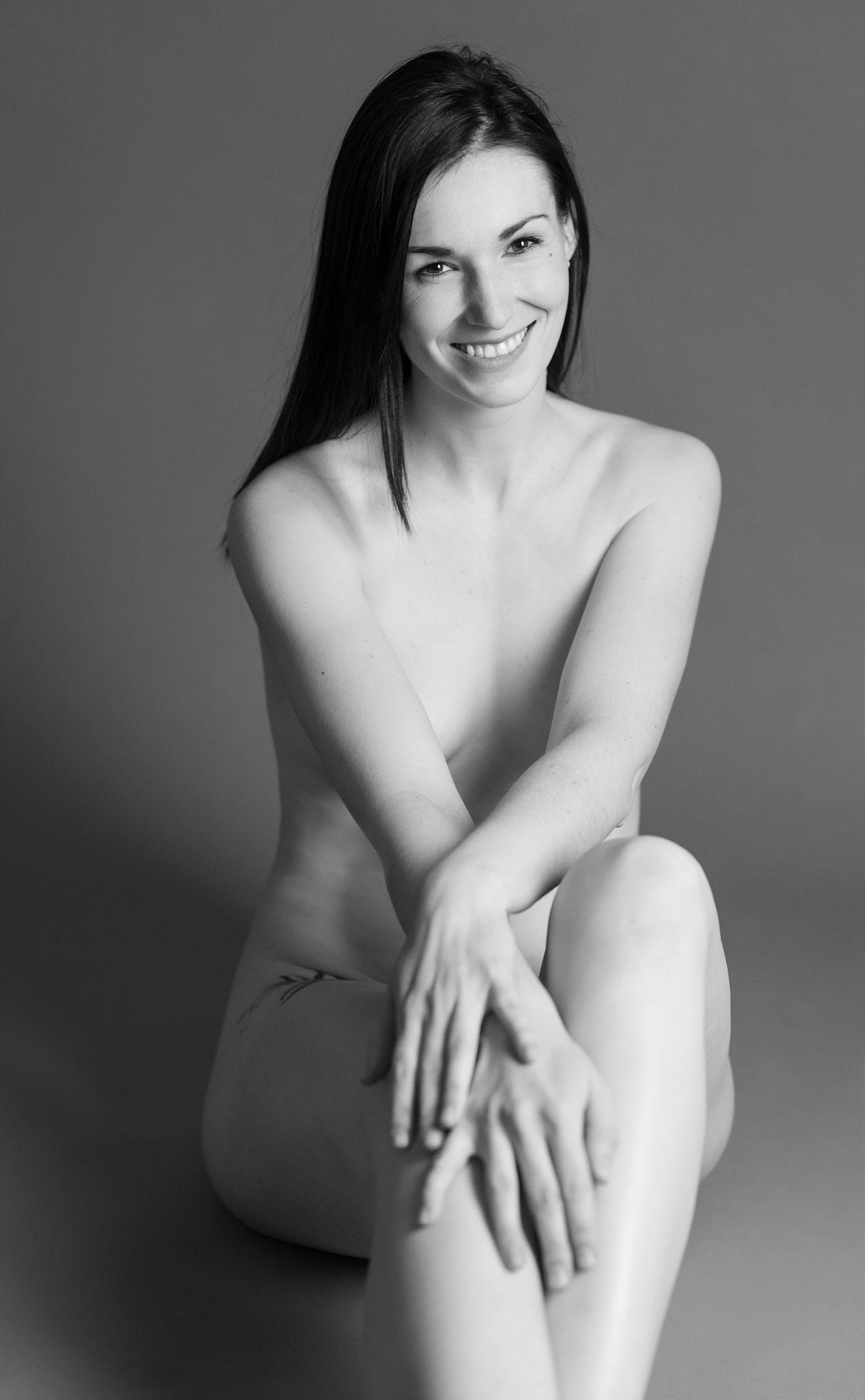 Hübsche Schönheit ganz nackt und vollkommen hüllenlos beim Aktfotografen in Erlangen - erotische Fotokunst