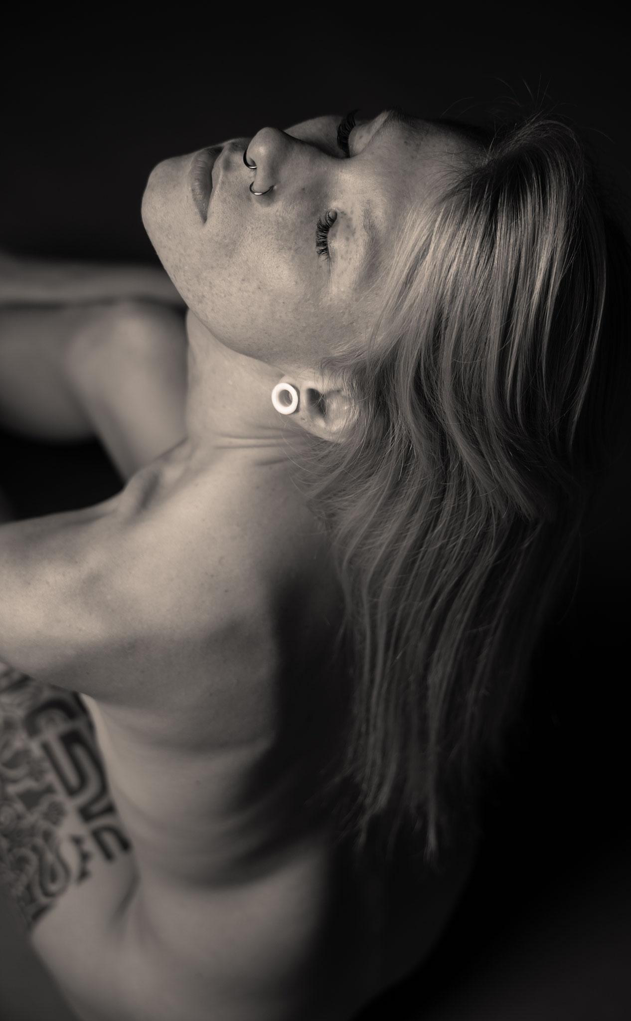 Nackte Frau beim Aktshooting im Fotostudio für erotische Bilder in Erlangen - nude photography