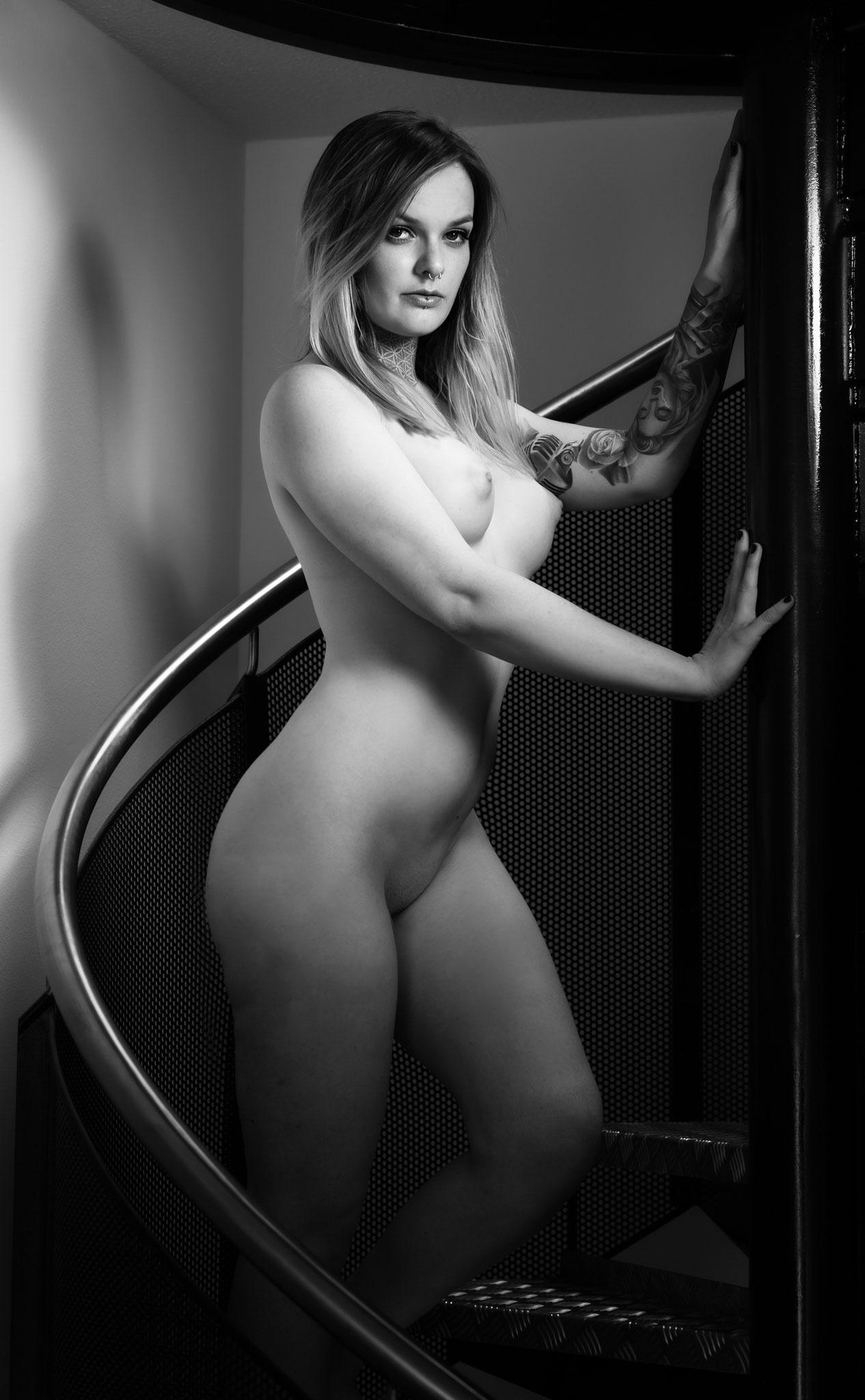 Sexy Pose beim Aktshooting im Fotoapartment in Erlangen mit dem Fotograf für erotic Photoshoot