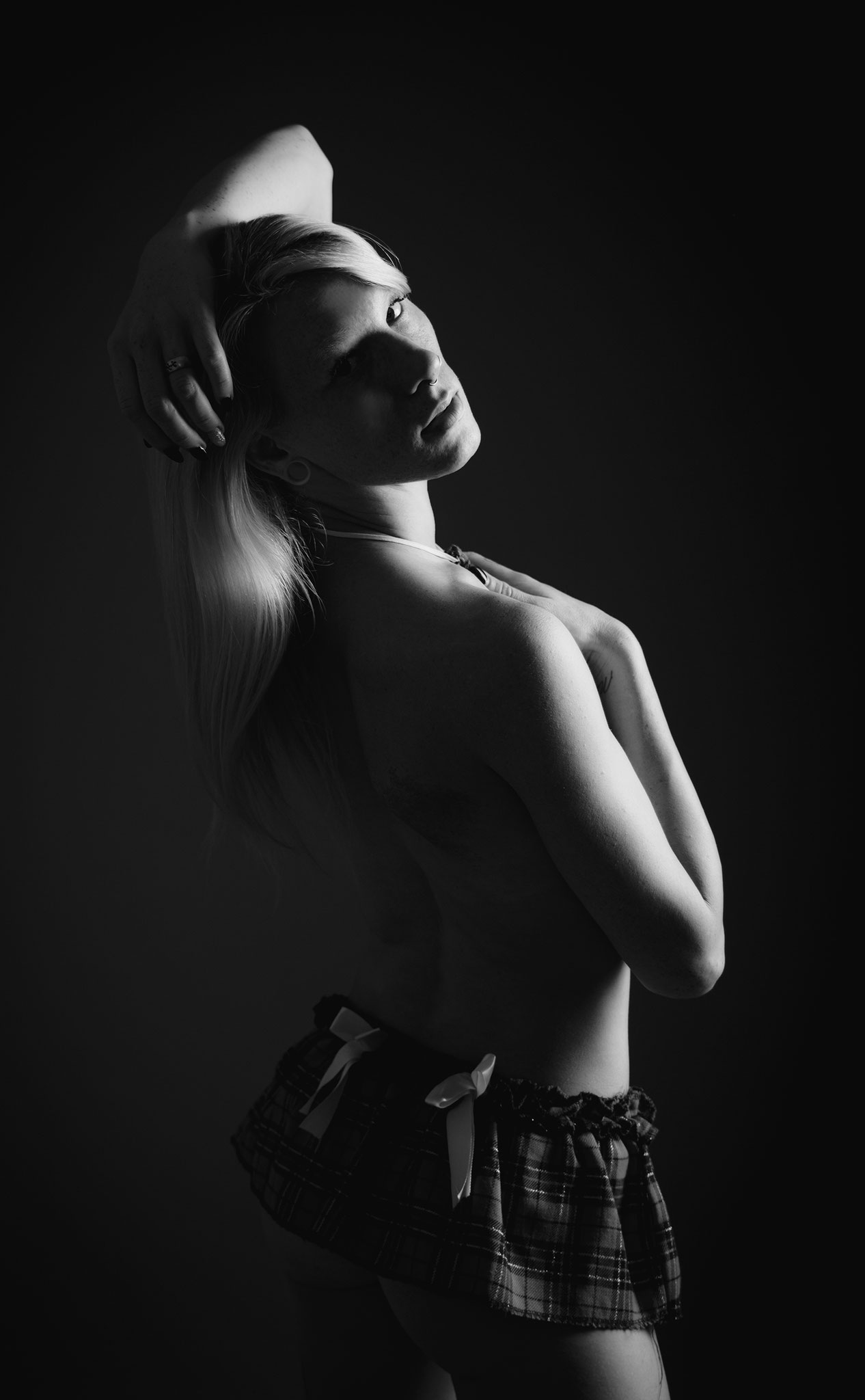 Sexy Pose beim Dessous Fotoshooting mit Escort Dame - Erotic Photos Nürnberg