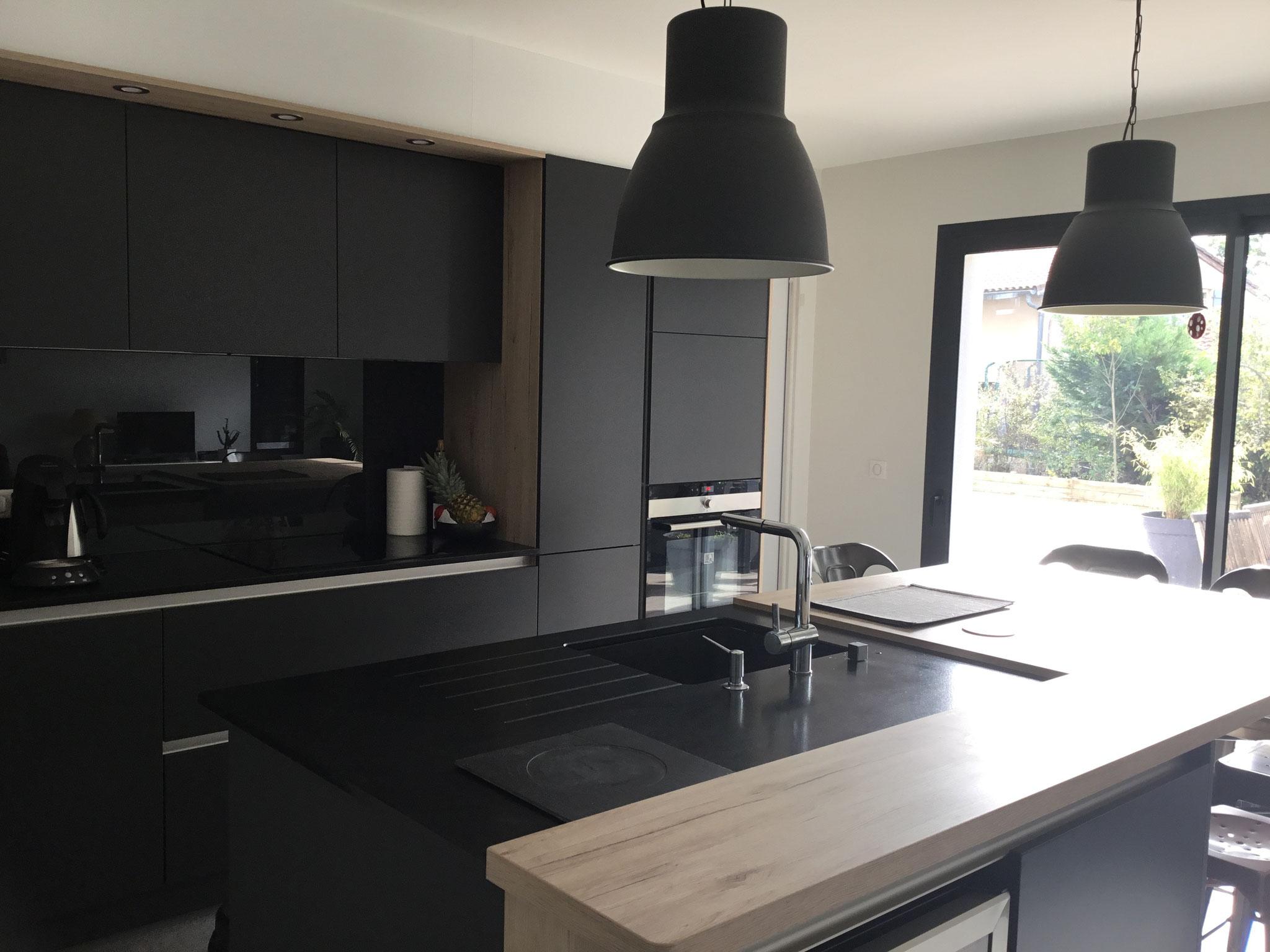 cuisine contemporaine avec ilot graphite( noir) et bois par cuisine design TOULOUSE