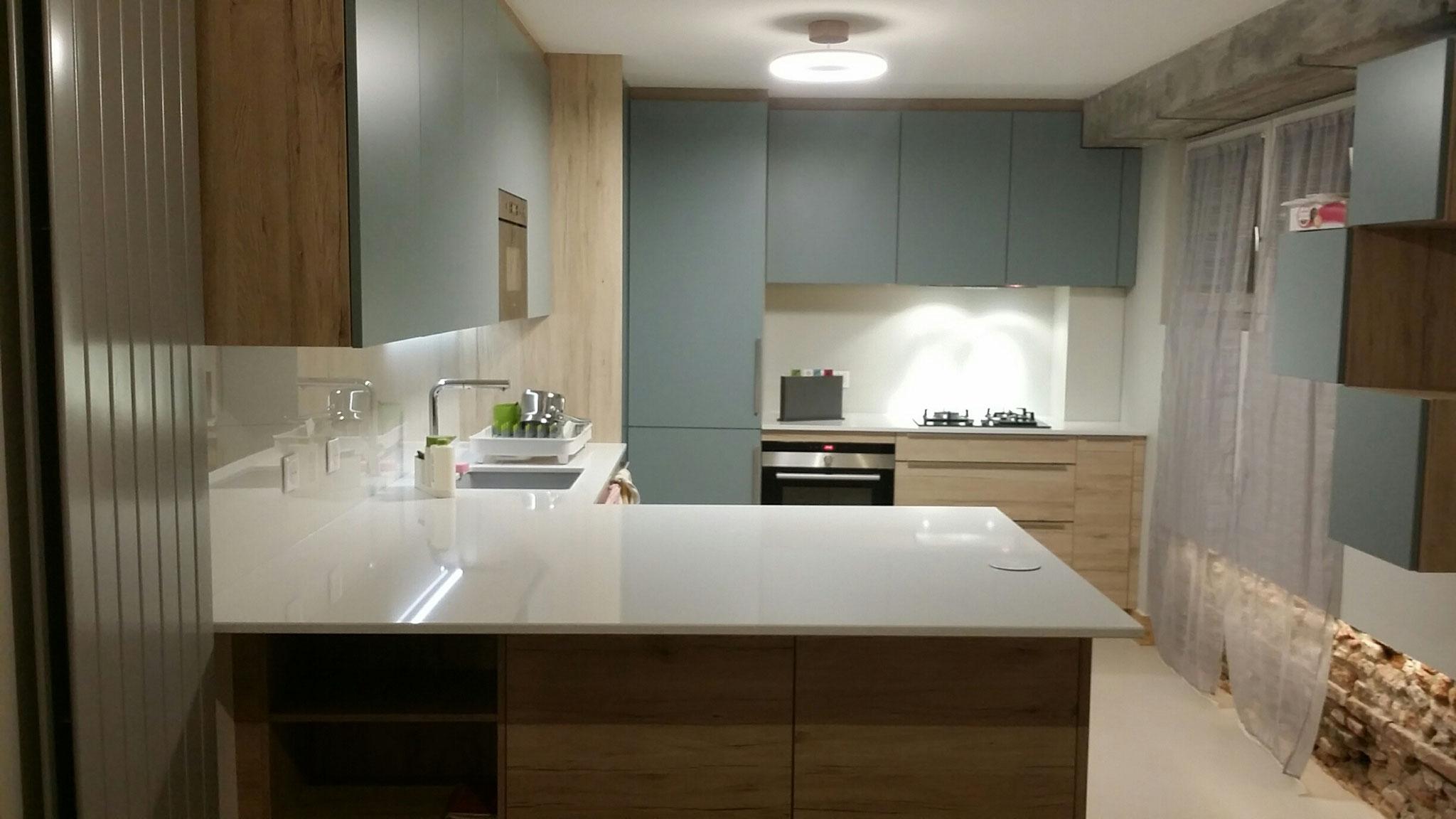 cuisine avec ilot sur mesure bleu et bois type scnadinave par Cuisine Intérieur Design