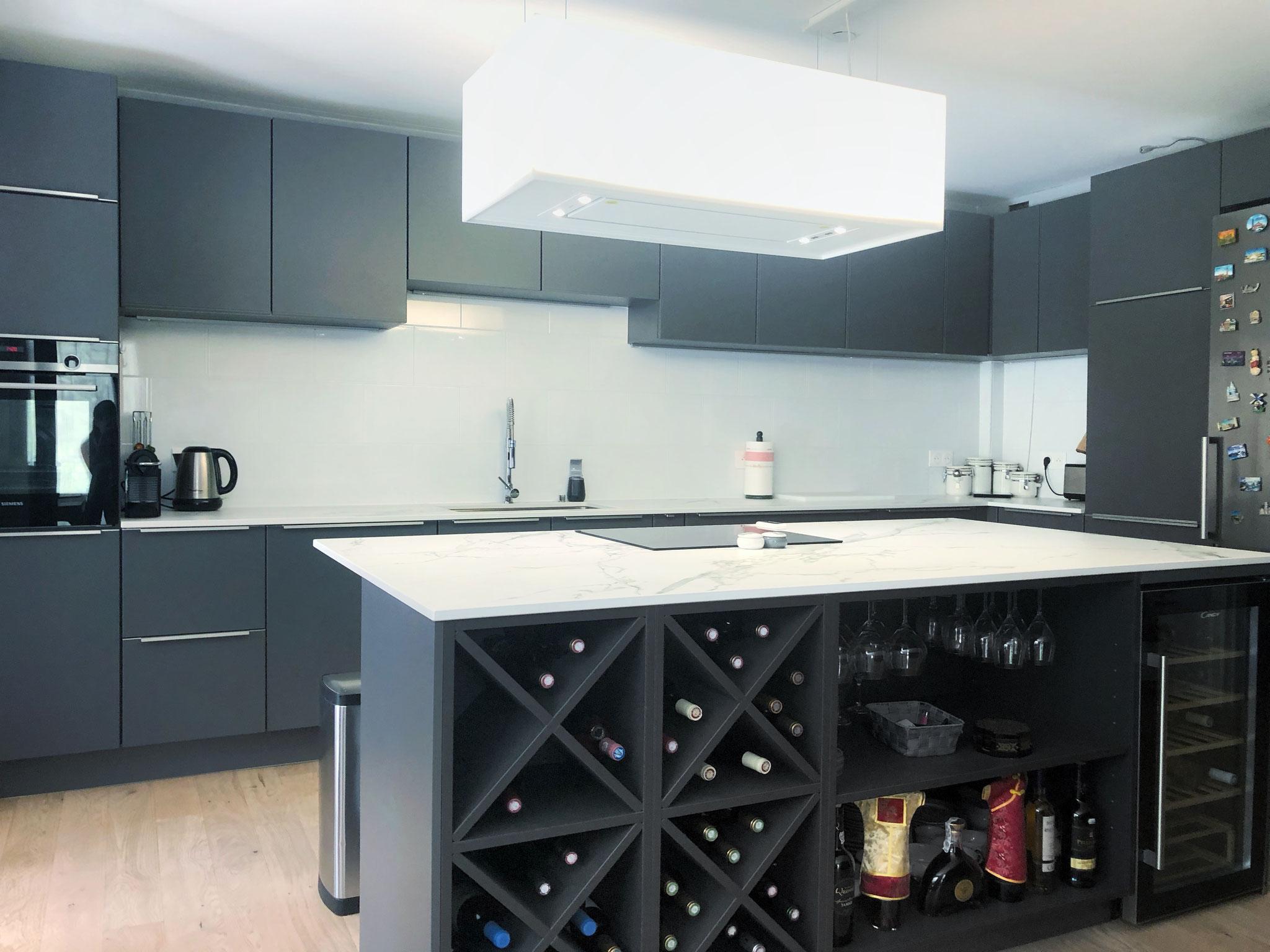 cuisine laque mate grise haut de gamme, ilot technique avec verres suspendus espace vin et cave à vin par cuisine design Toulouse