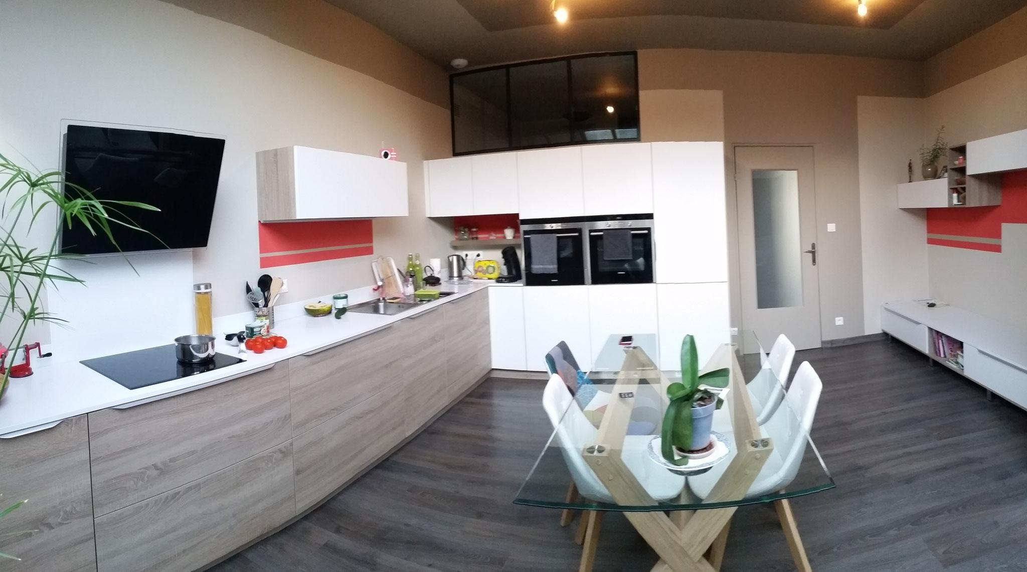 cuisine jeune et conviviale avec un espace lecture sur la droite :banquette et niches bibliothèque par cuisine design Toulouse