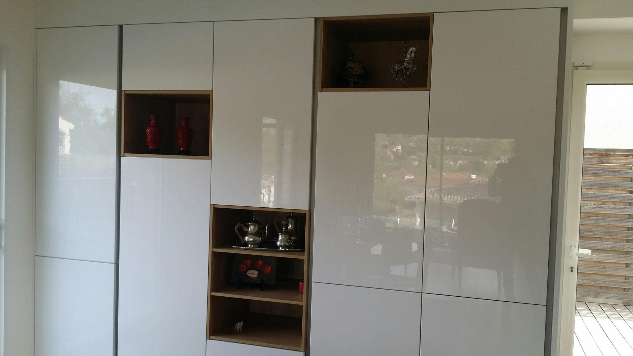 agencement d'un mur entier quand le  living  prolonge la cuisine par cuisine design Toulouse
