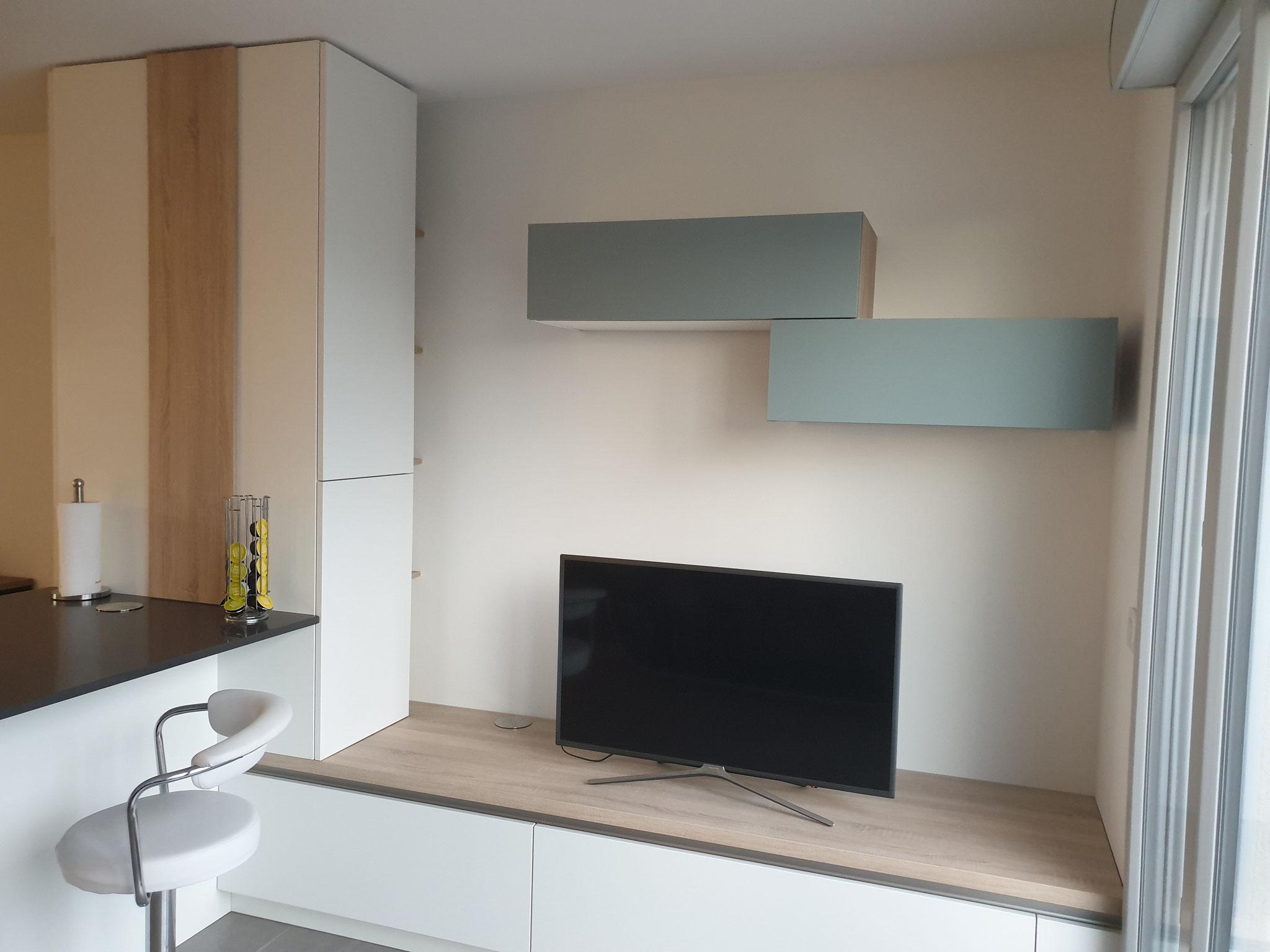 cuisine intérieur design à toulouse côté living en continuité de la cuisine laque mate blanche bois et bleu