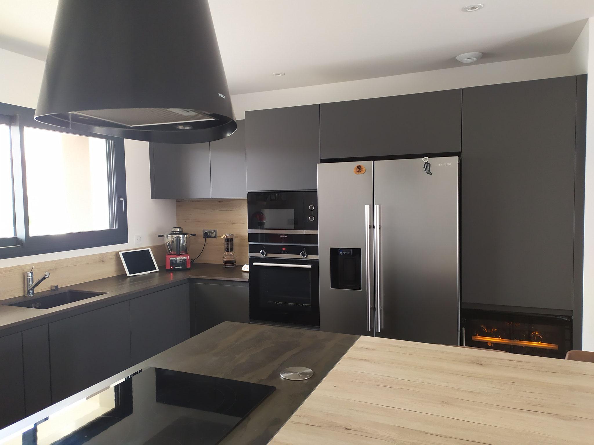 cuisine noire et bois avec frigo américain par cuisine design Toulouse