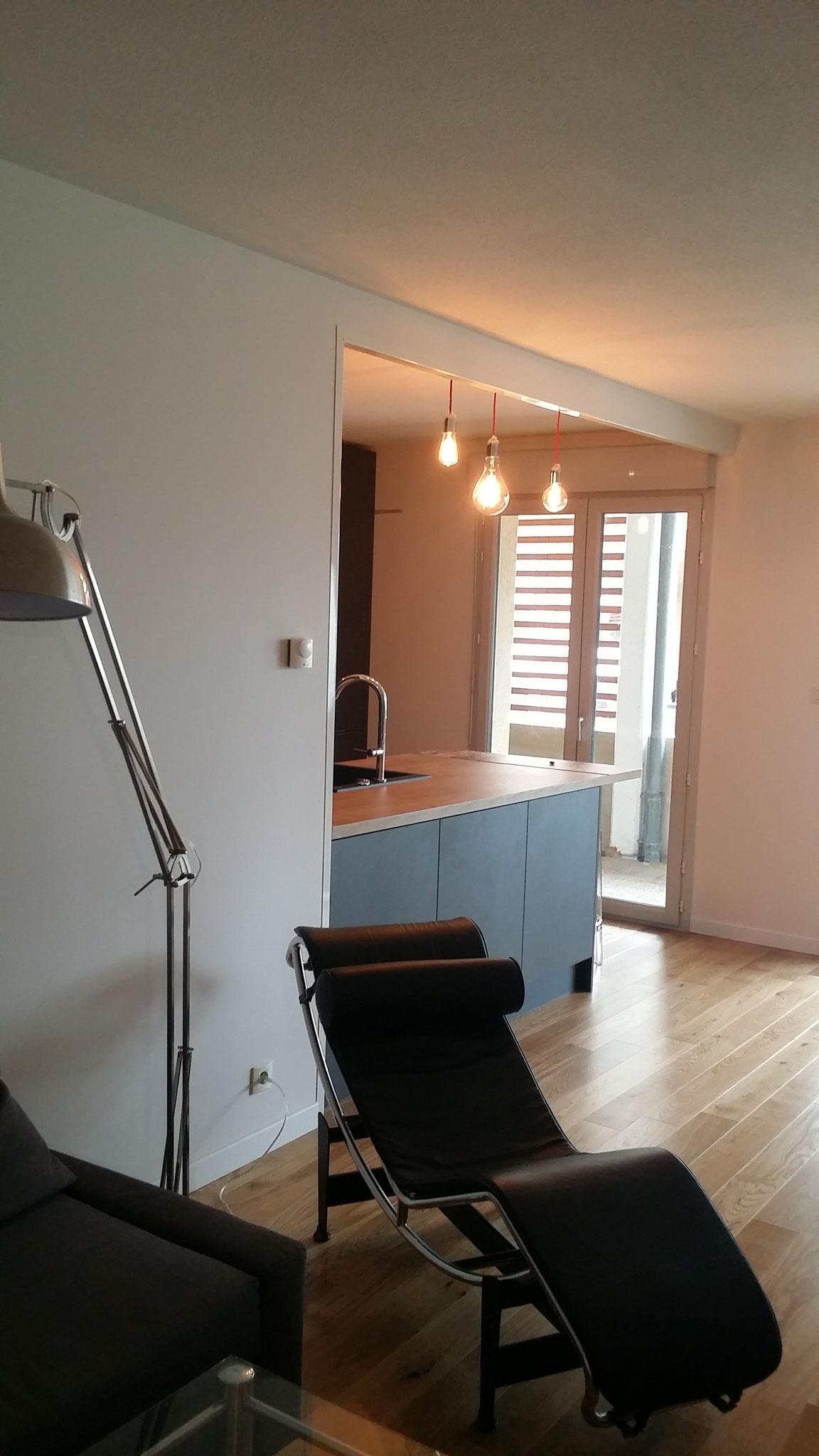 cuisine contemporaine et design effet beton graphite et bois avec ilot,mur technique par cuisine design Toulouse