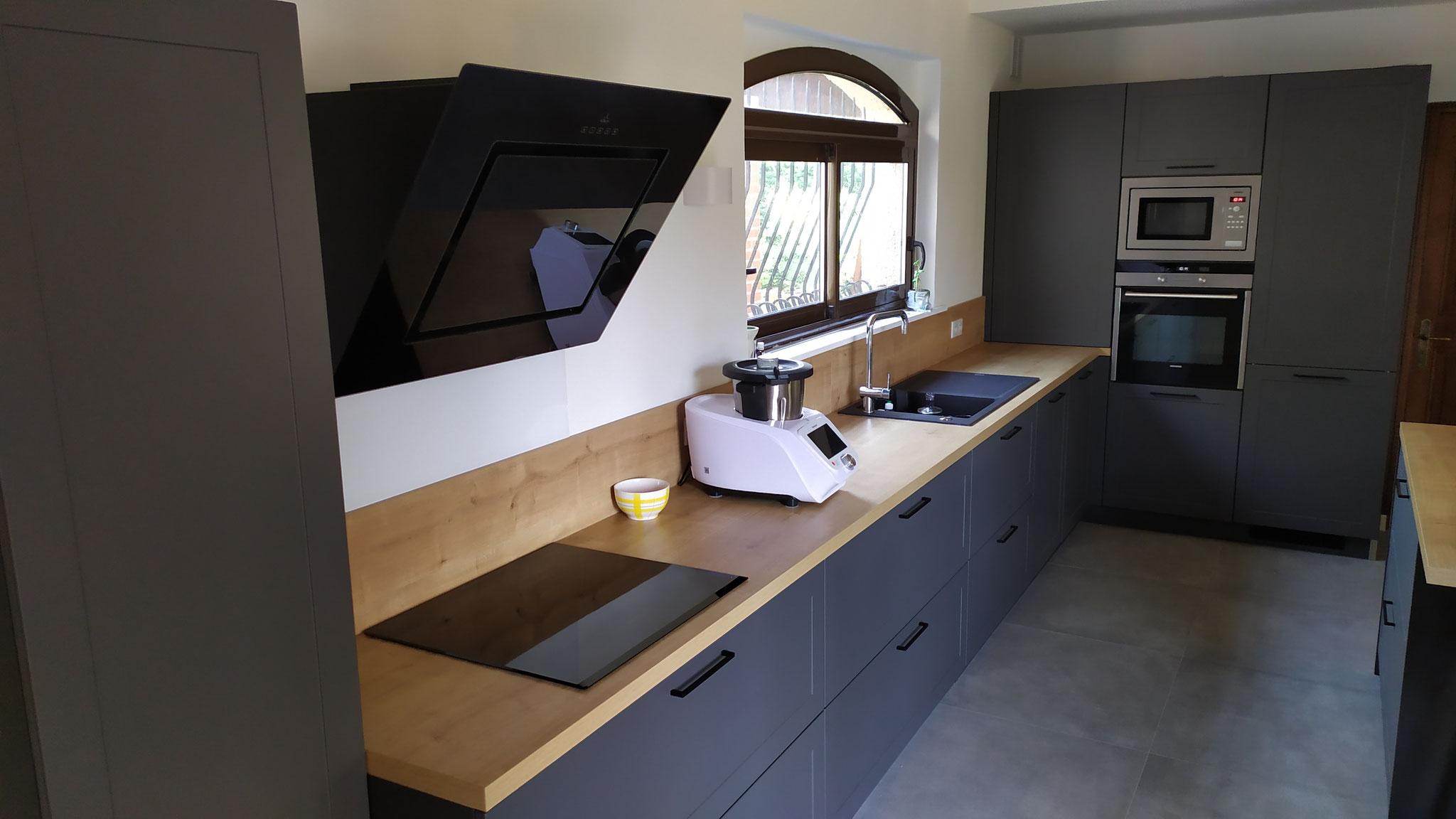 cuisine noire et bois bi matière dans maison de campagne à Pibrac par Cuisine Design Toulouse