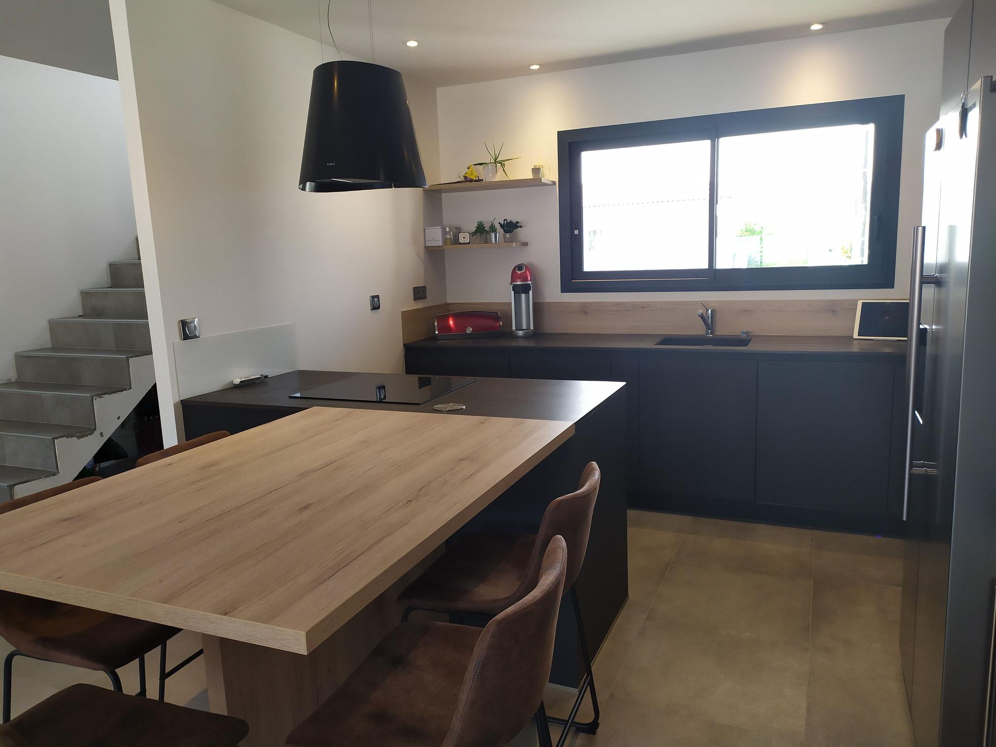 cuisine noire et bois avec ilot cuisine moderne et  haut de gamme sans poignées par Cuisine design Toulouse