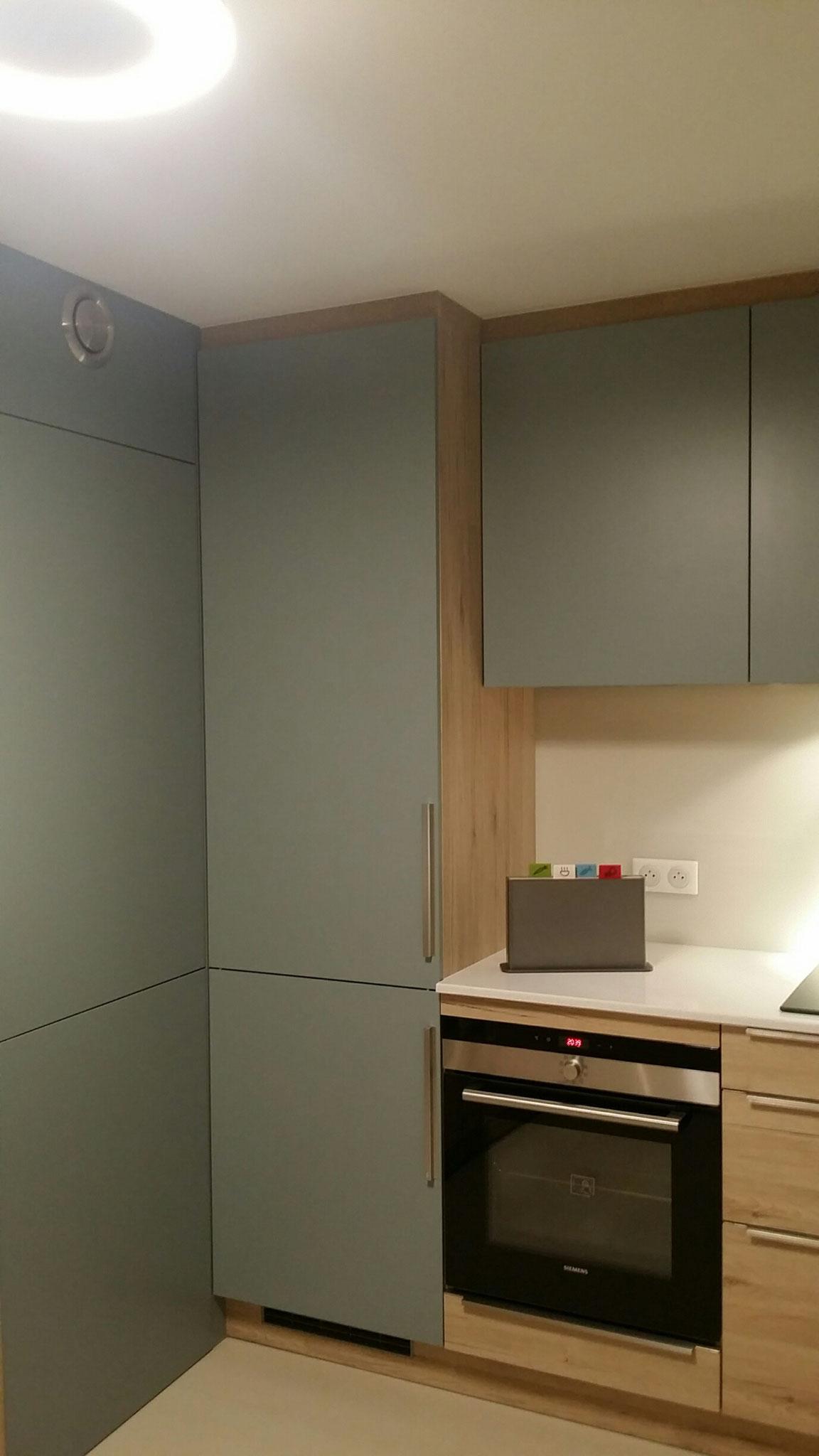 cuisine contemporaine avec porte de communication  sur mesure par cuisine design Toulouse