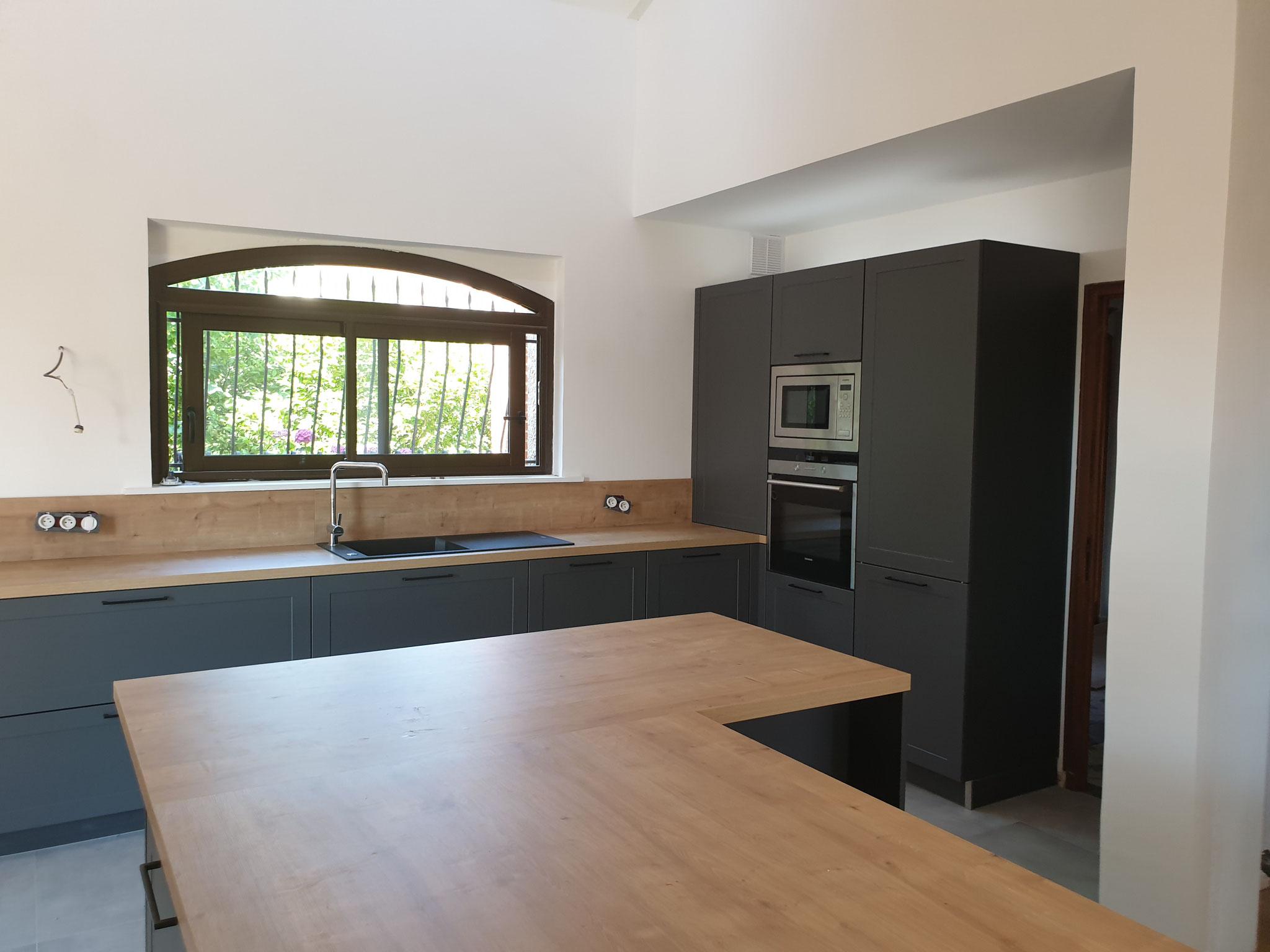 cuisine noire et bois bi matière dans maison de campagne par Cuisine Design Toulouse