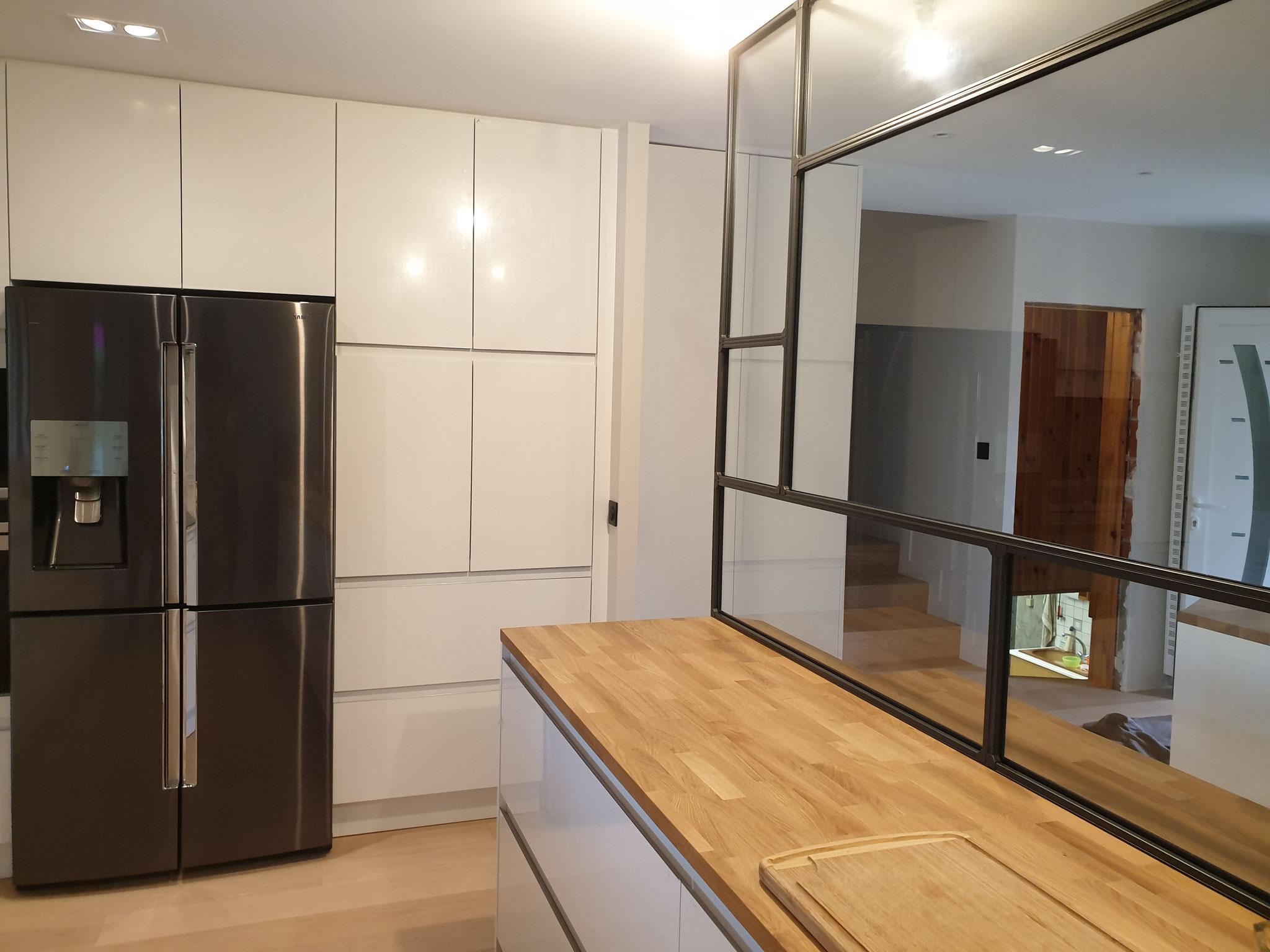 Cuisine blanche et bois sans poignée ouverte avec ilot central par cuisine design Toulouse