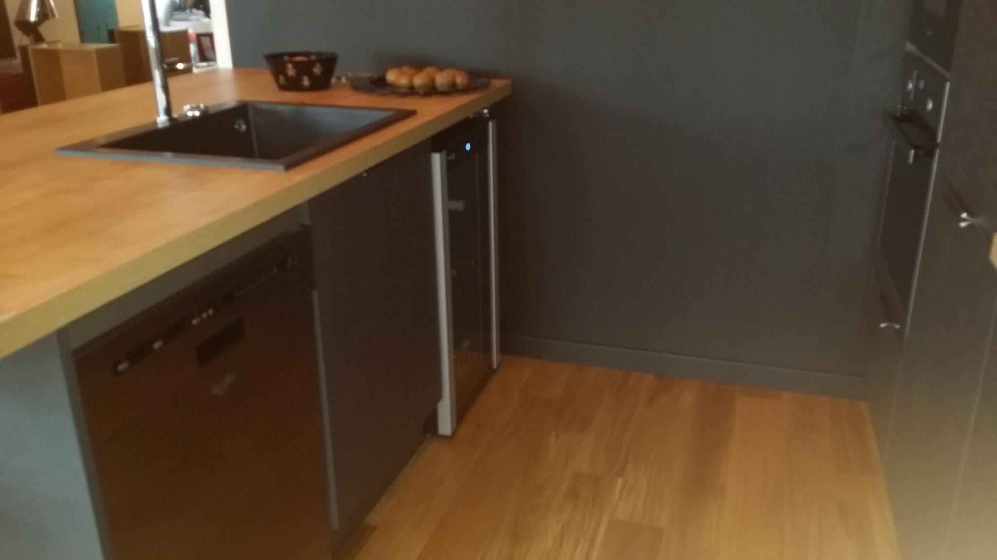 ilot avec évier lave vaisselle et cave à vin ainsi que des meubles de rangement par cuisine design Toulouse