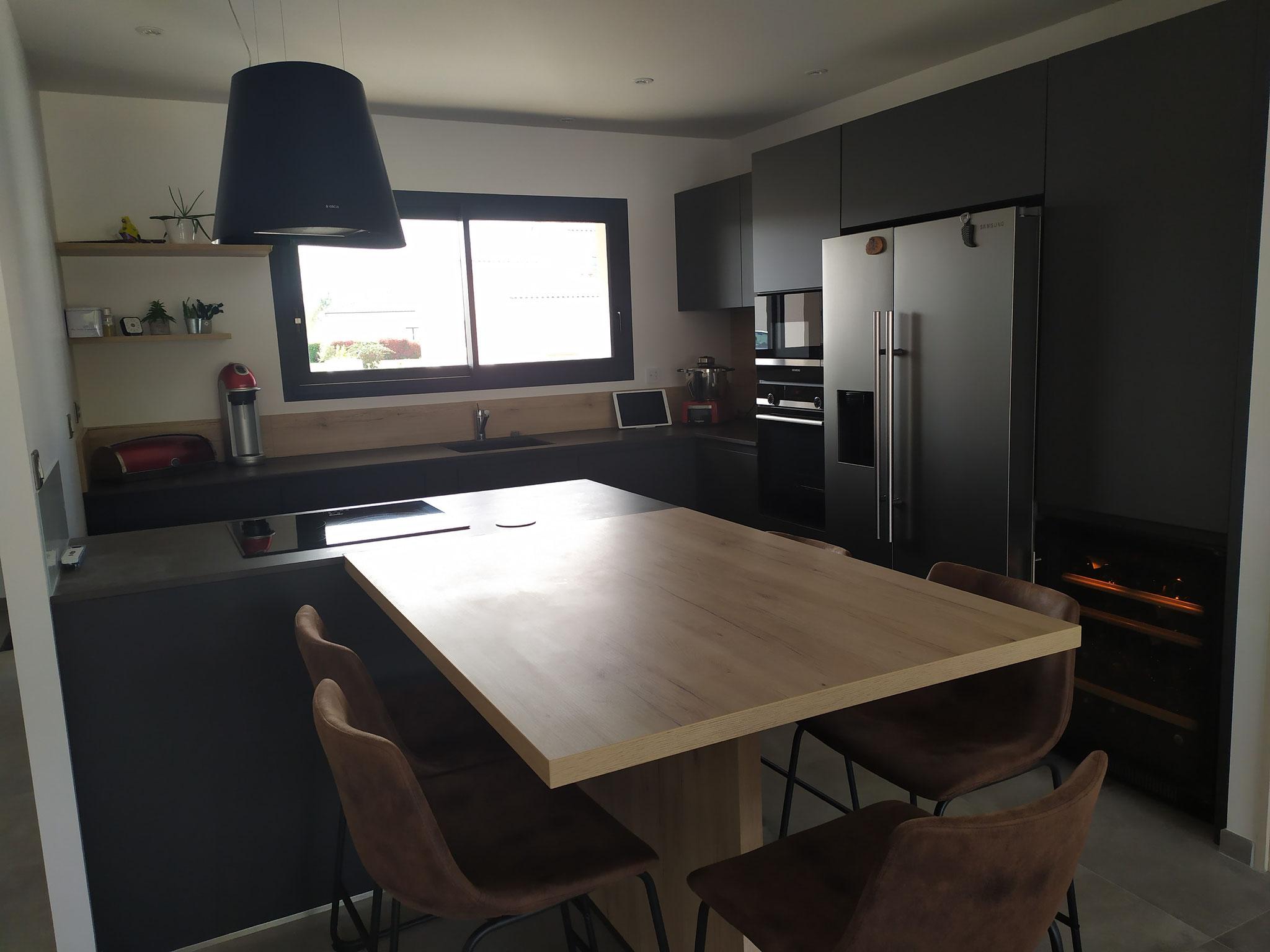 cuisine noire et bois avec ilot à Pibrac cuisine moderne et  haut de gamme sans poignées par cuisine design Toulouse