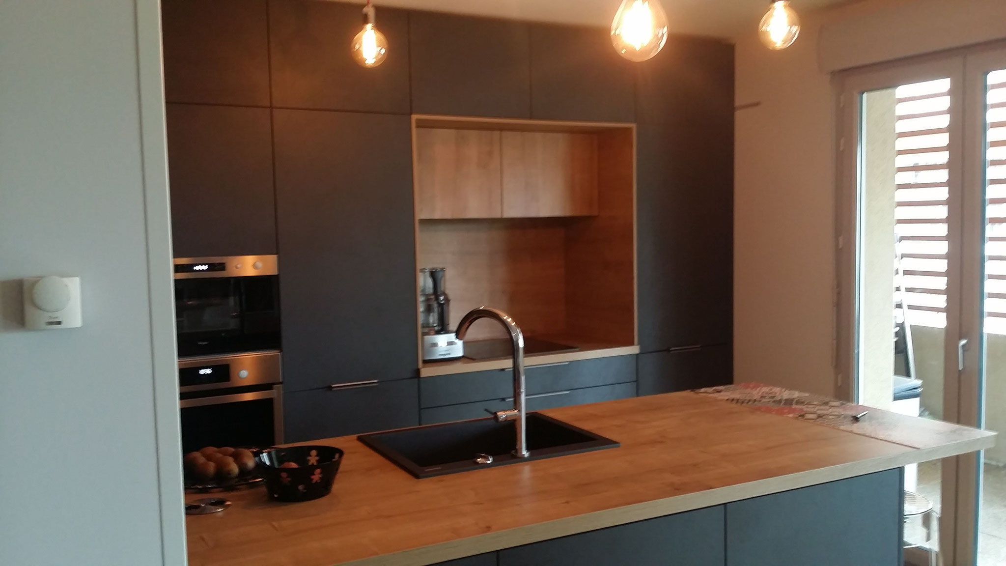 espace cuisson en niche entre les armoires hotte dissimulée par cuisine design Toulouse