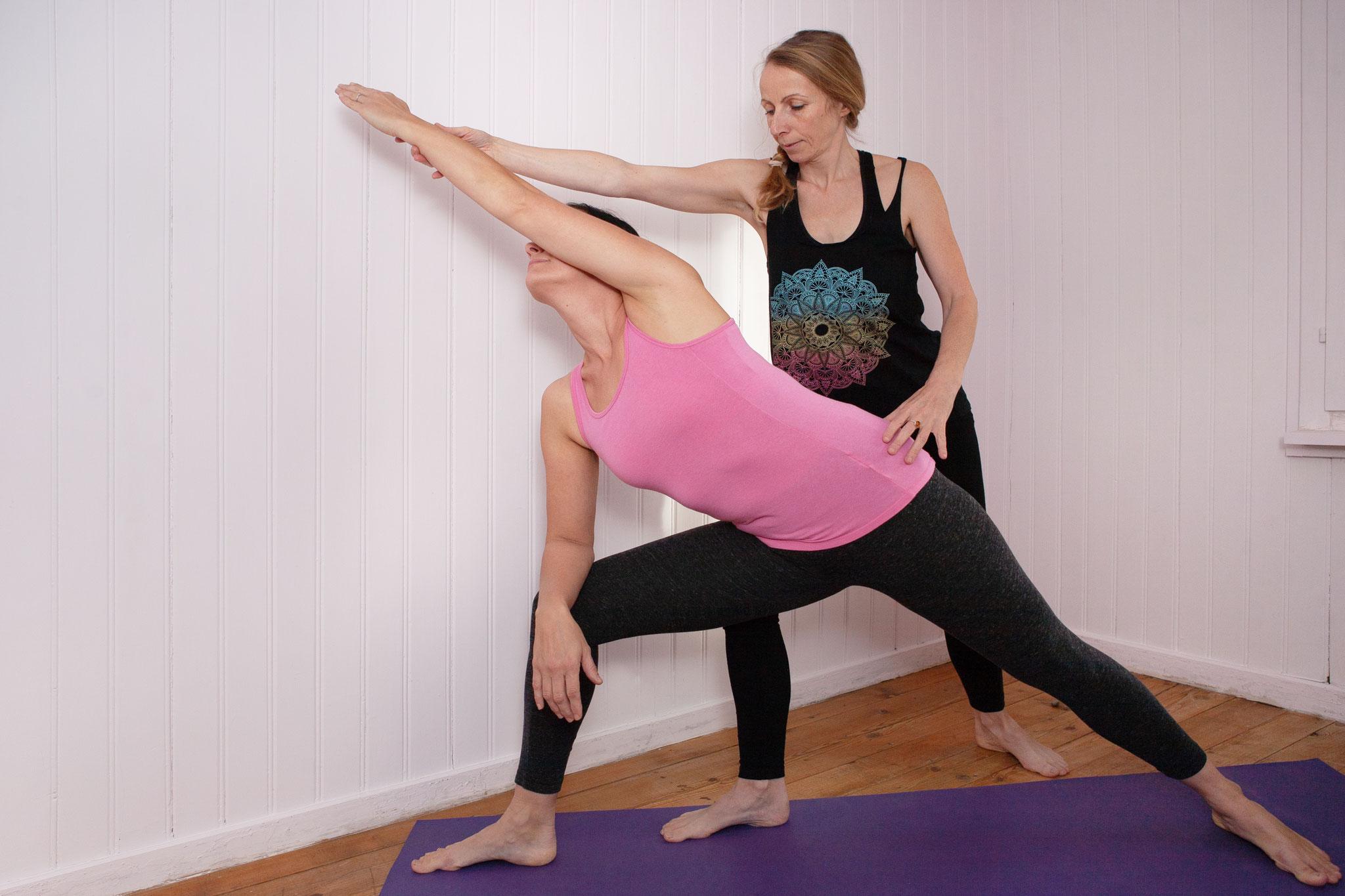 Hilfestellung im Yoga
