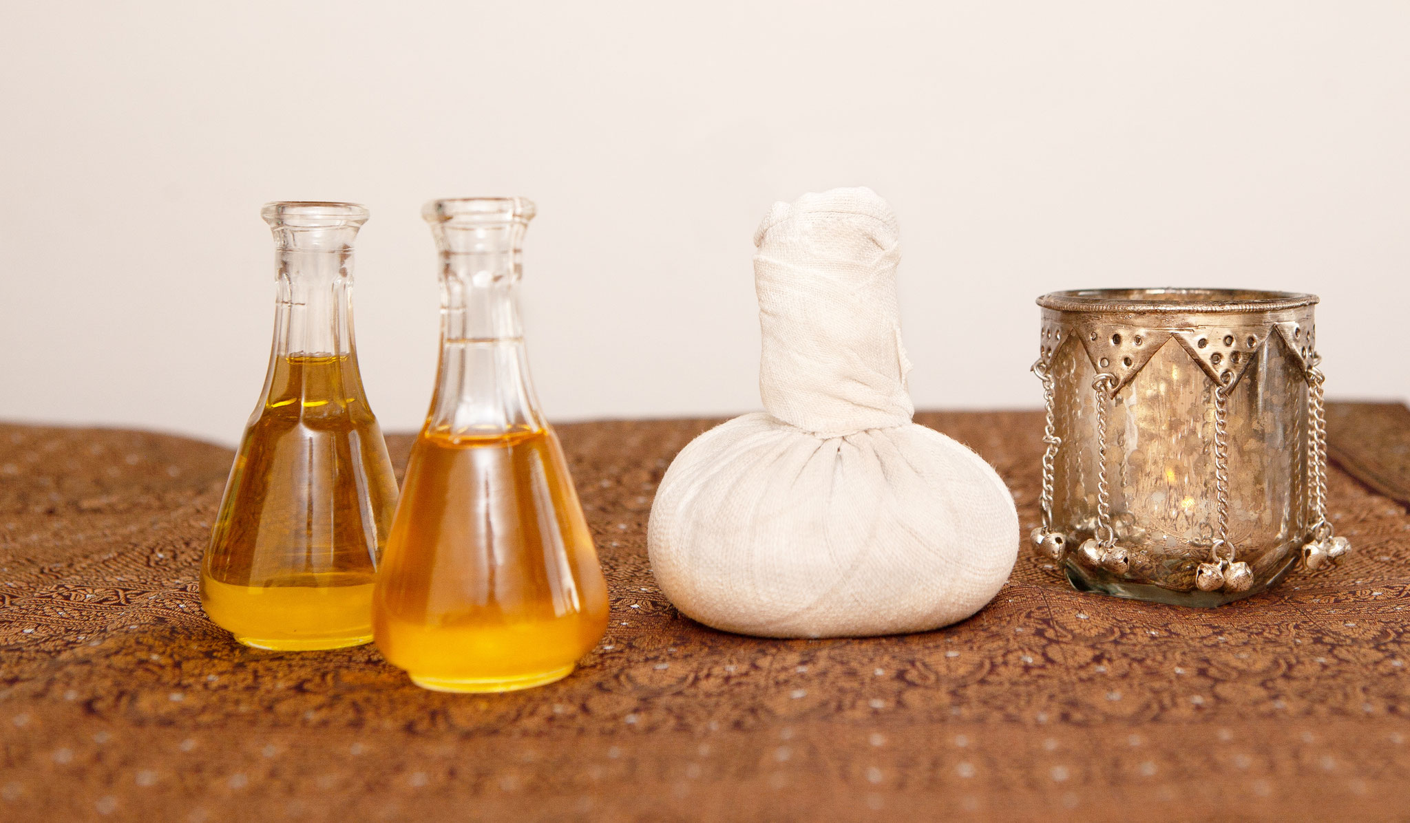 Hochwertige Öle und Kräuter für ayurvedische Anwendungen