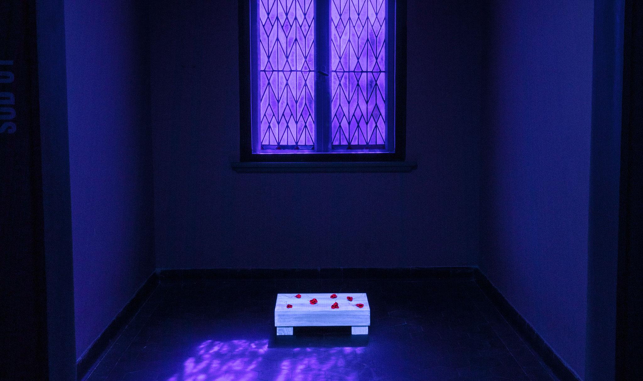 YVONNE GOULBIER … between …, 2019, fluoreszierende Materialien, Schwarzlicht