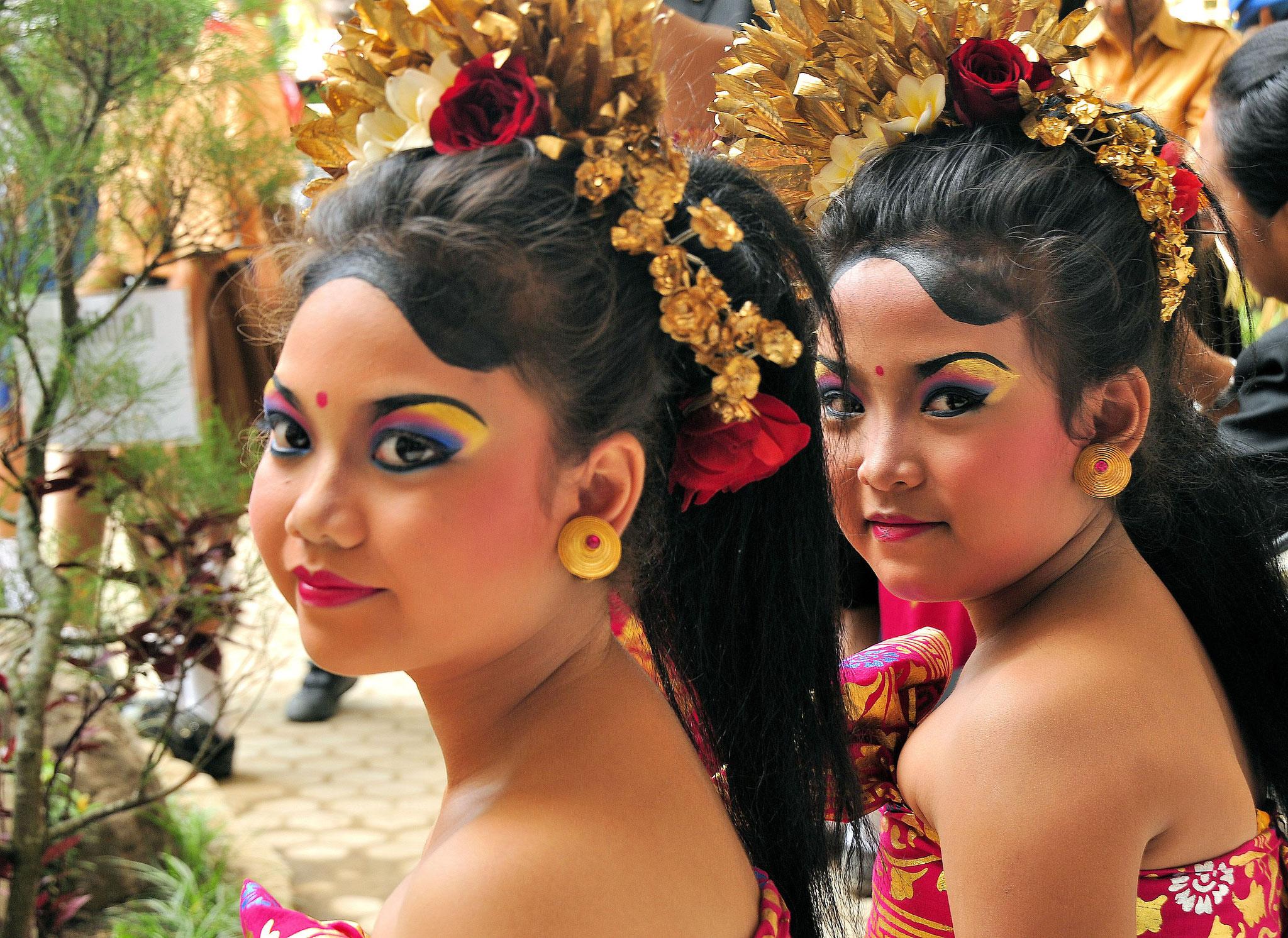 Mädchen im traditionellen Kostüm