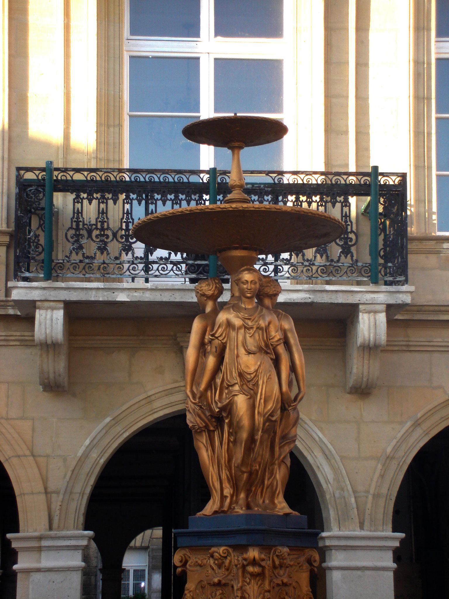 Hôtel de Ville / la Fontaine des Trois Grâces