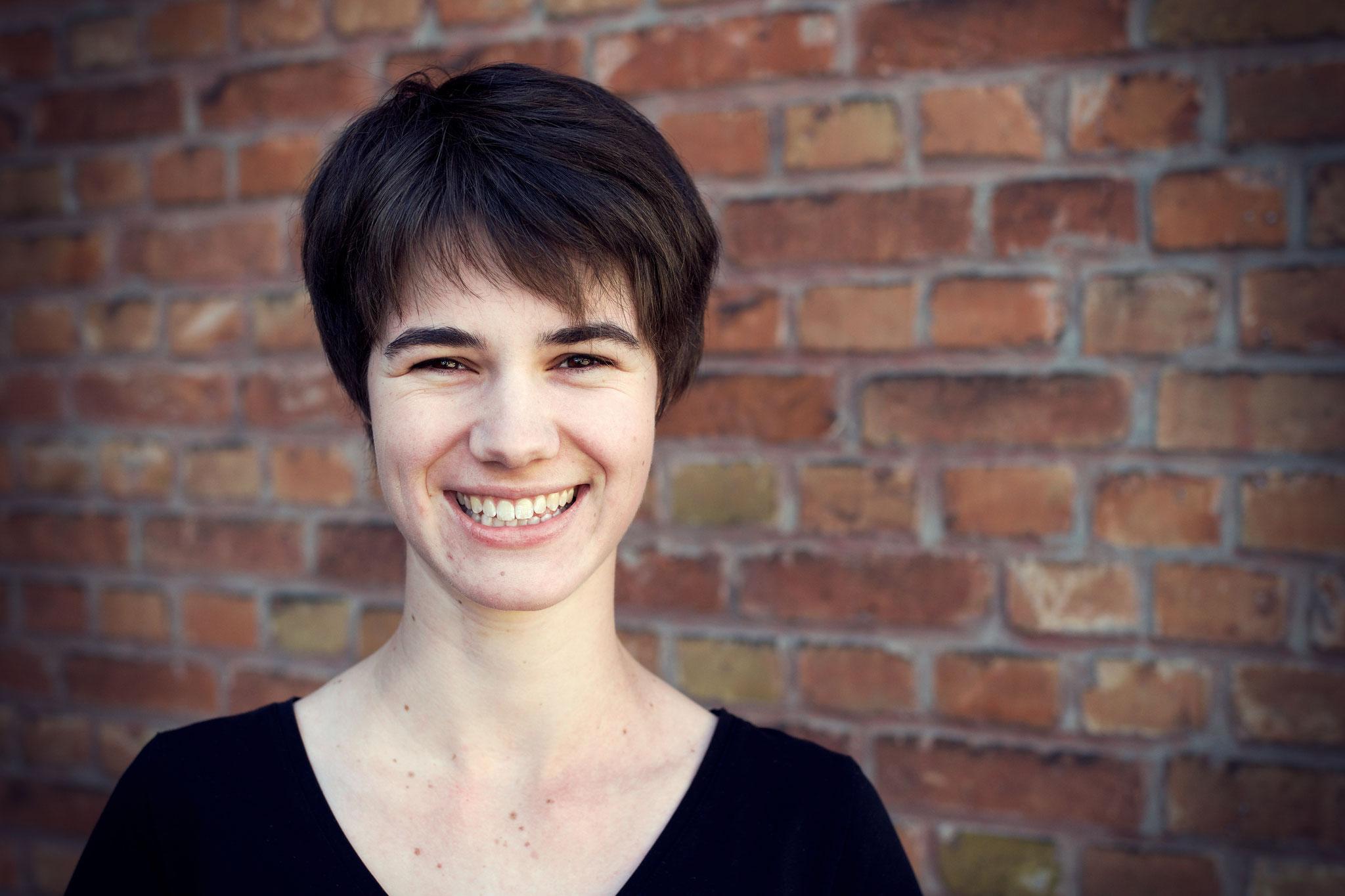 Lena Leite: Journalistin. Bei AdN: Redakteurin. Stärke: kann gut zuhören; Makel: denkt manchmal zu viel nach, bevor sie handelt (aber arbeitet dran)