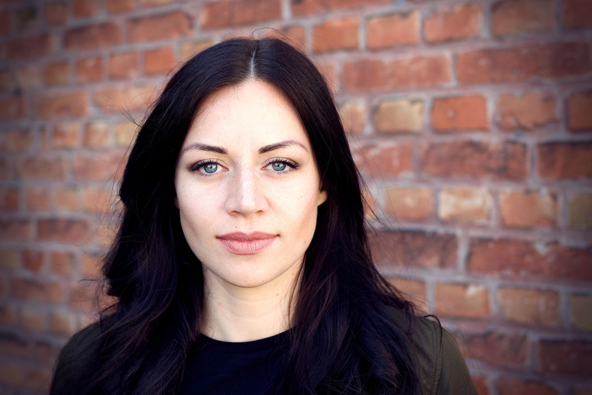 Sinah Donhauser: Journalistin, Moderatorin. Bei AdN: Redakteurin, Online-Redaktion. Stärke: ist die, die immer lacht; Makel: immer zu spät