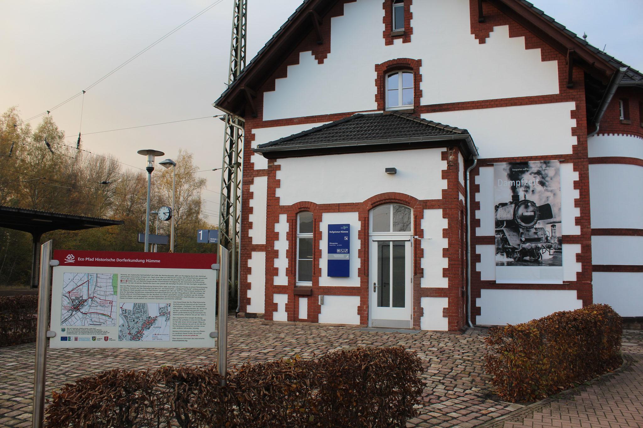 Schon aus der Entfernung ist die besondere Ausstellung zu erkennen.